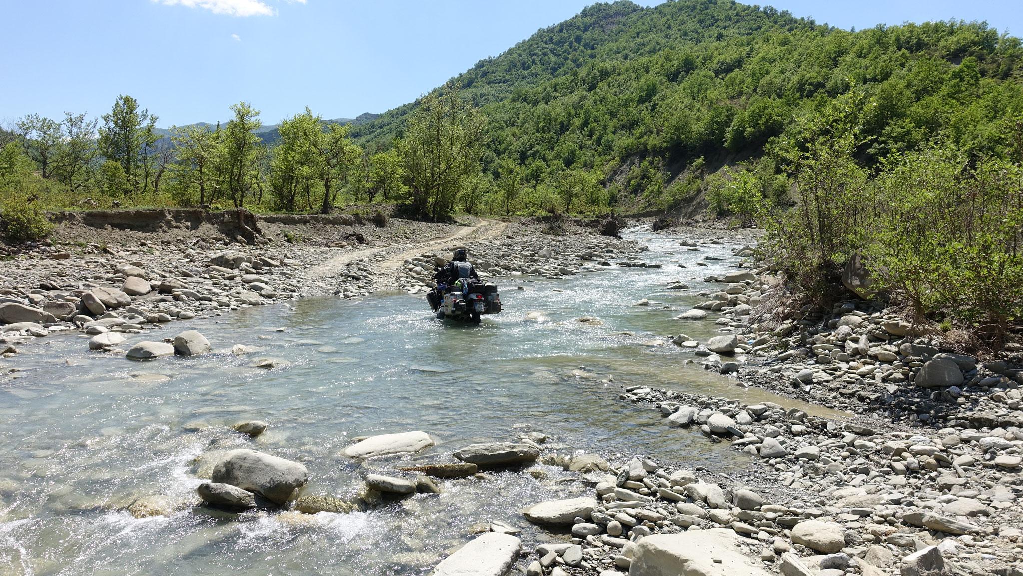 Robert nimmt lieber gleich den Weg durch den Fluss :D