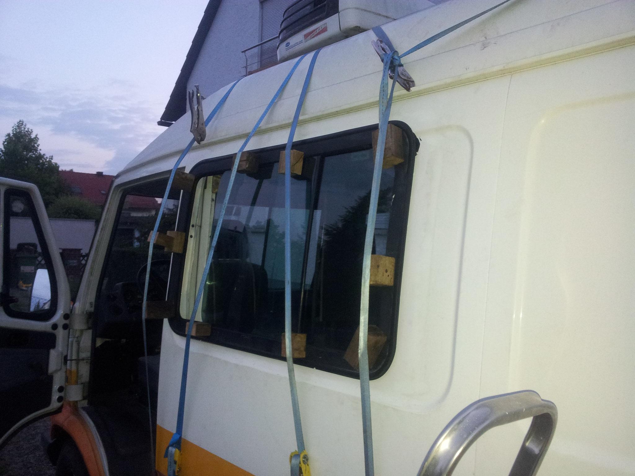 Schiebefenster für 20€ vom Schrott wird in Ausschnitt geklebt