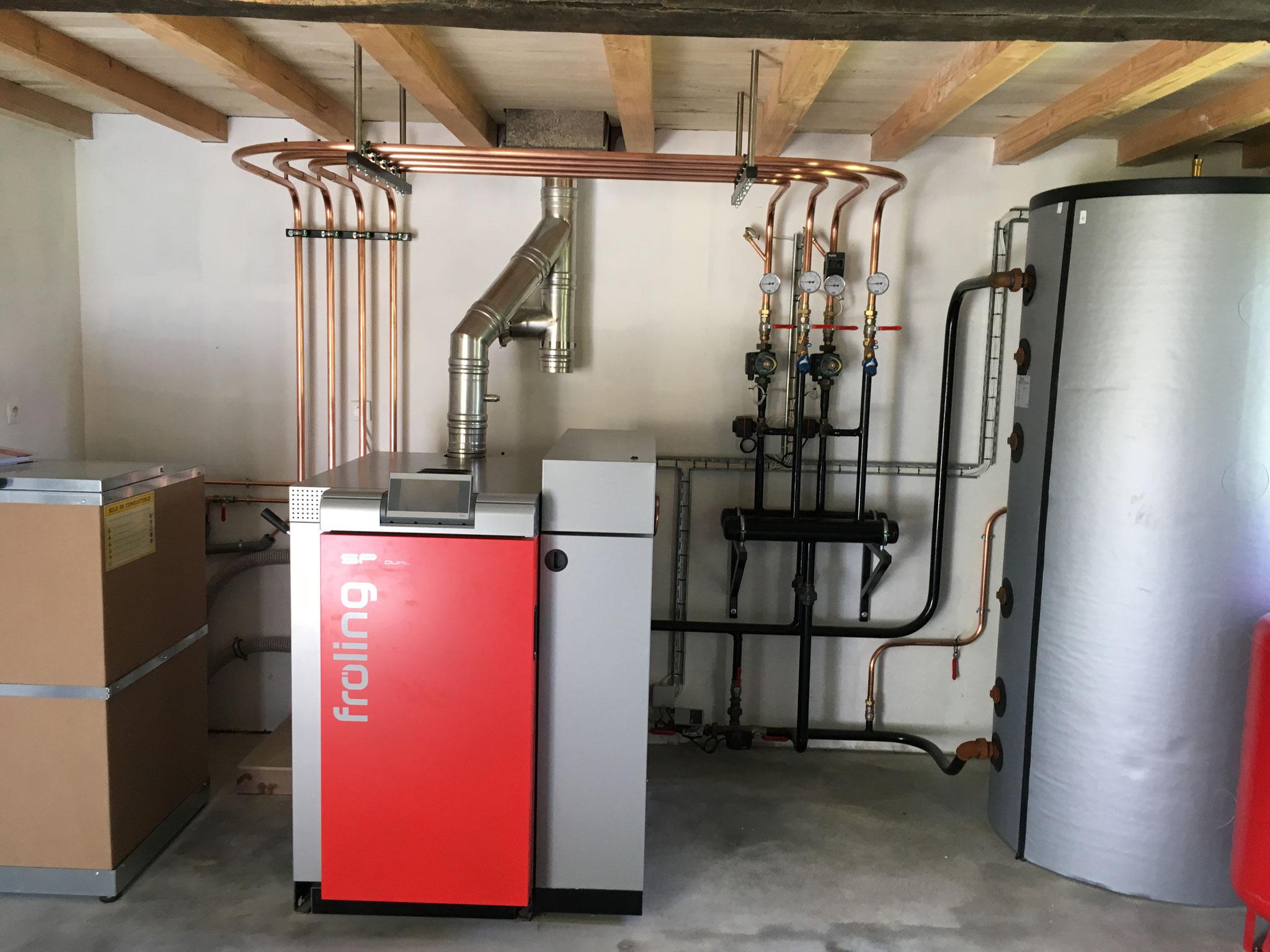 Installation chaudière FROLING SP Dual (bois bûche et granulés) - Travail de réception d'un compagnon Plombier - chauffagiste de l'entreprise