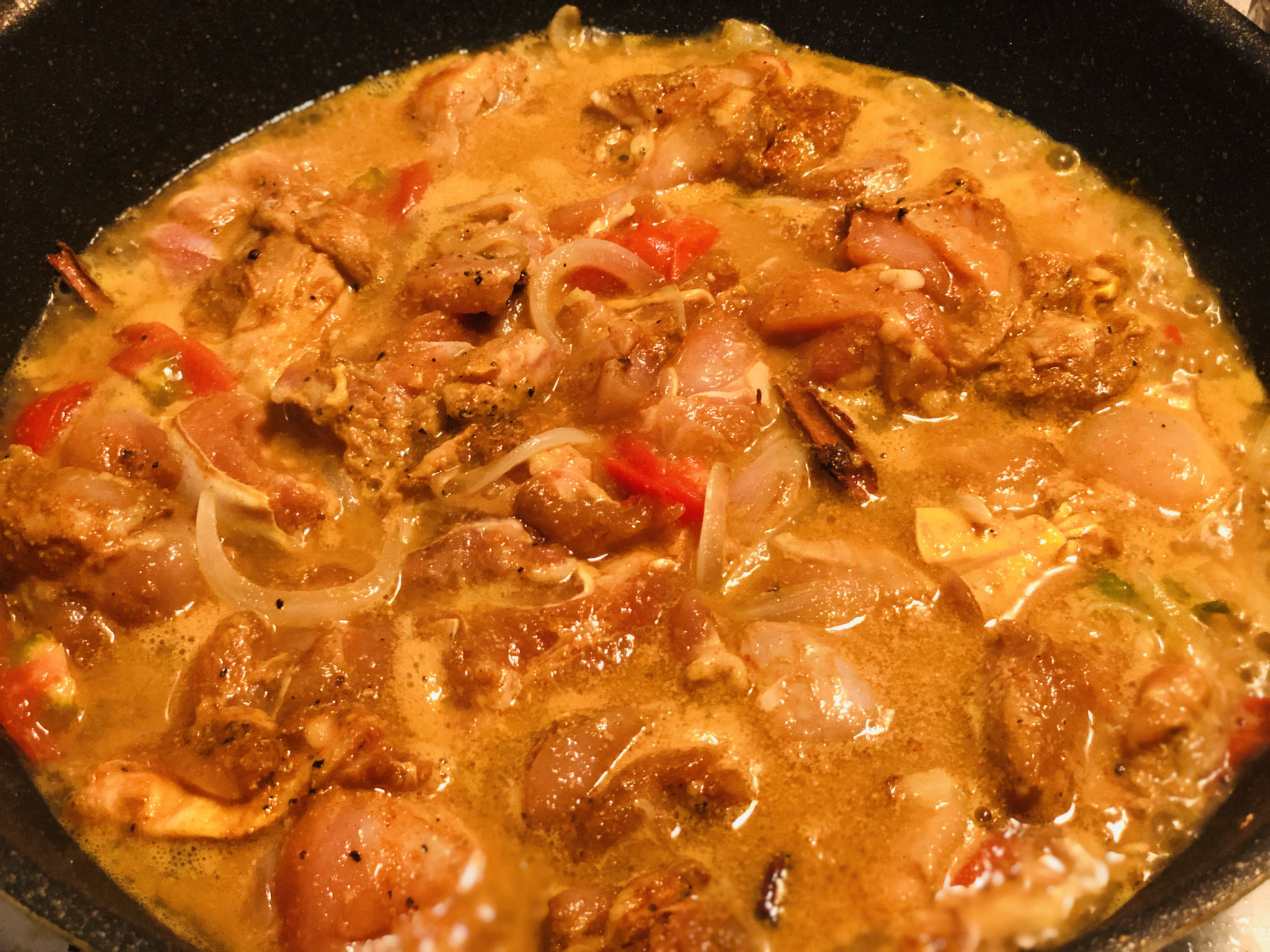 チキンもお鍋に入れて、よくまぜて材料が浸る程度のお水をいれ火にかける