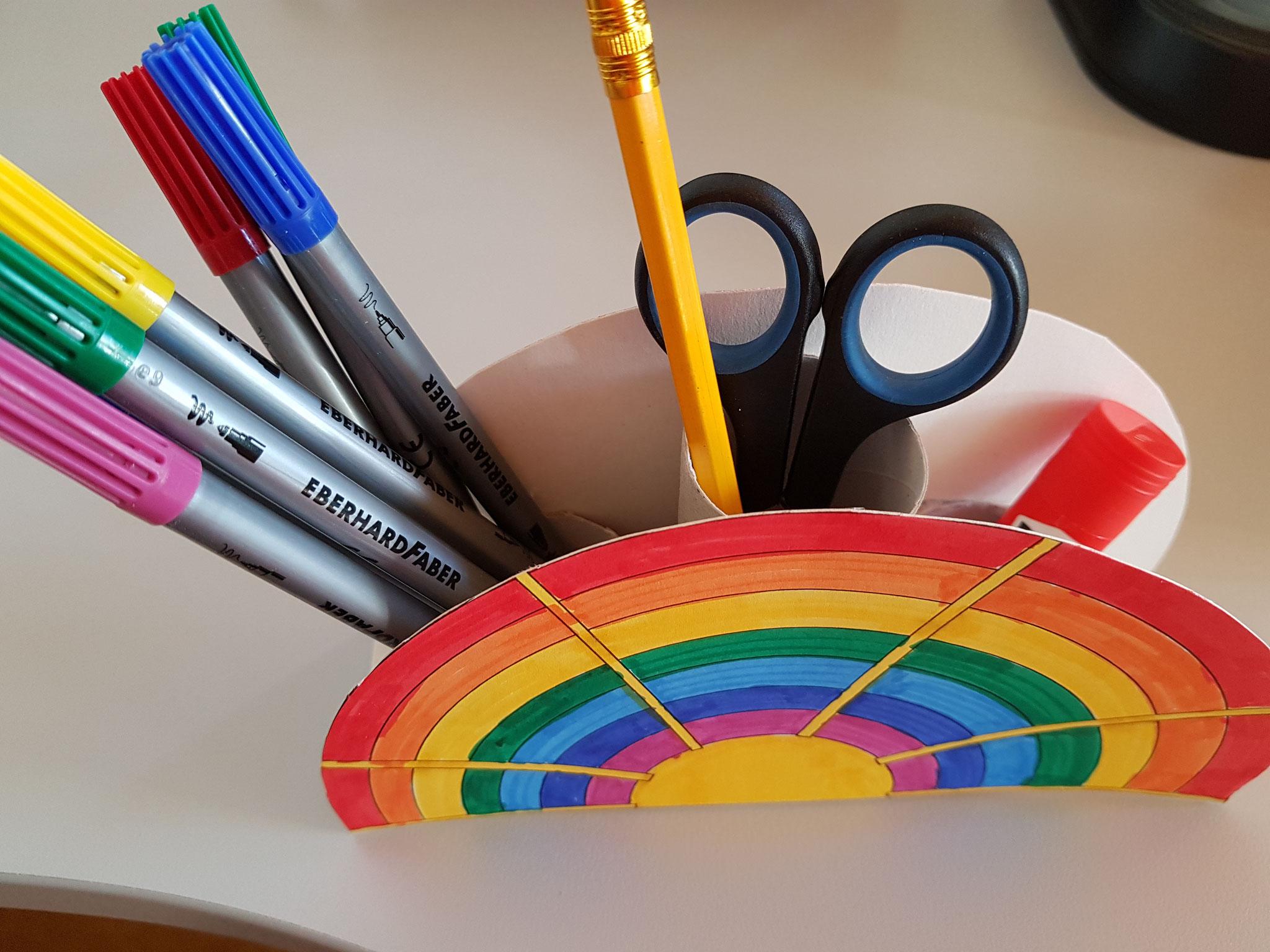 ...kannst du deine Stifte und Co hineinräumen...