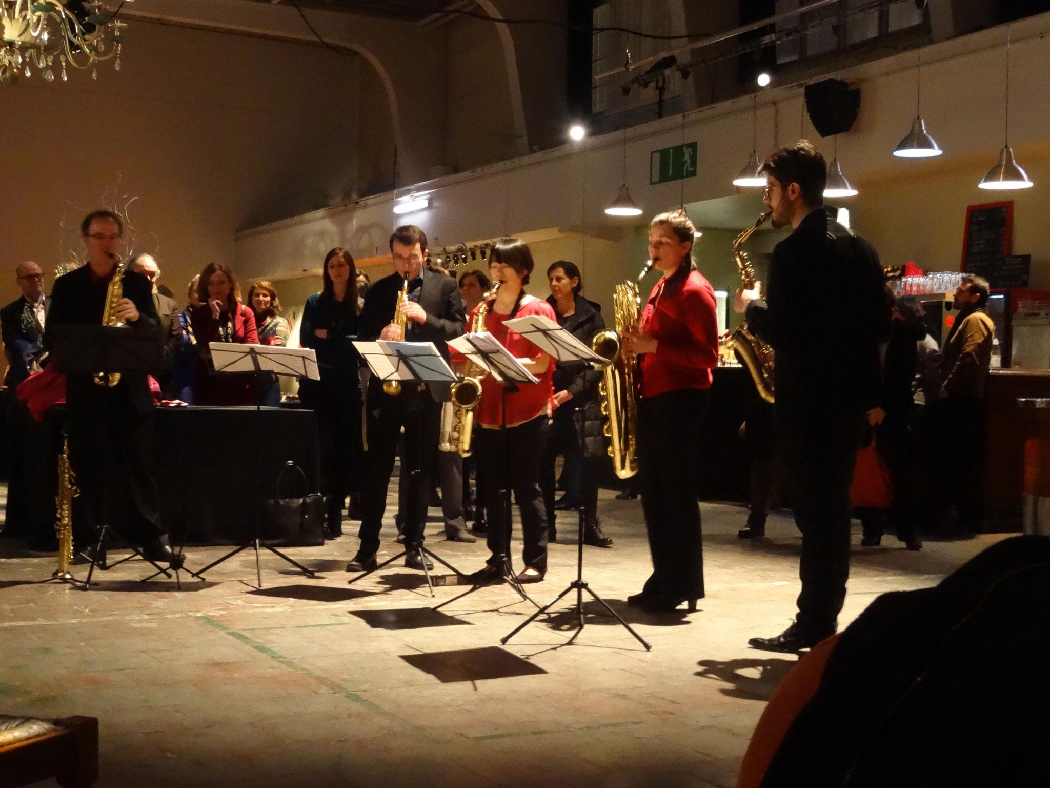 sowie mit mitreißender Musik eines Saxophone Quartetts um den internationalen Saxophonisten Philippe Geiss