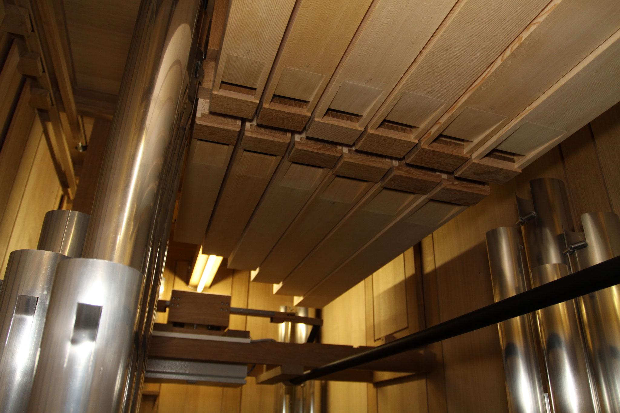 Récit. Unter der Decke hängende große Oktave des Bourdon. (Photo: Franz Peters, Goch)