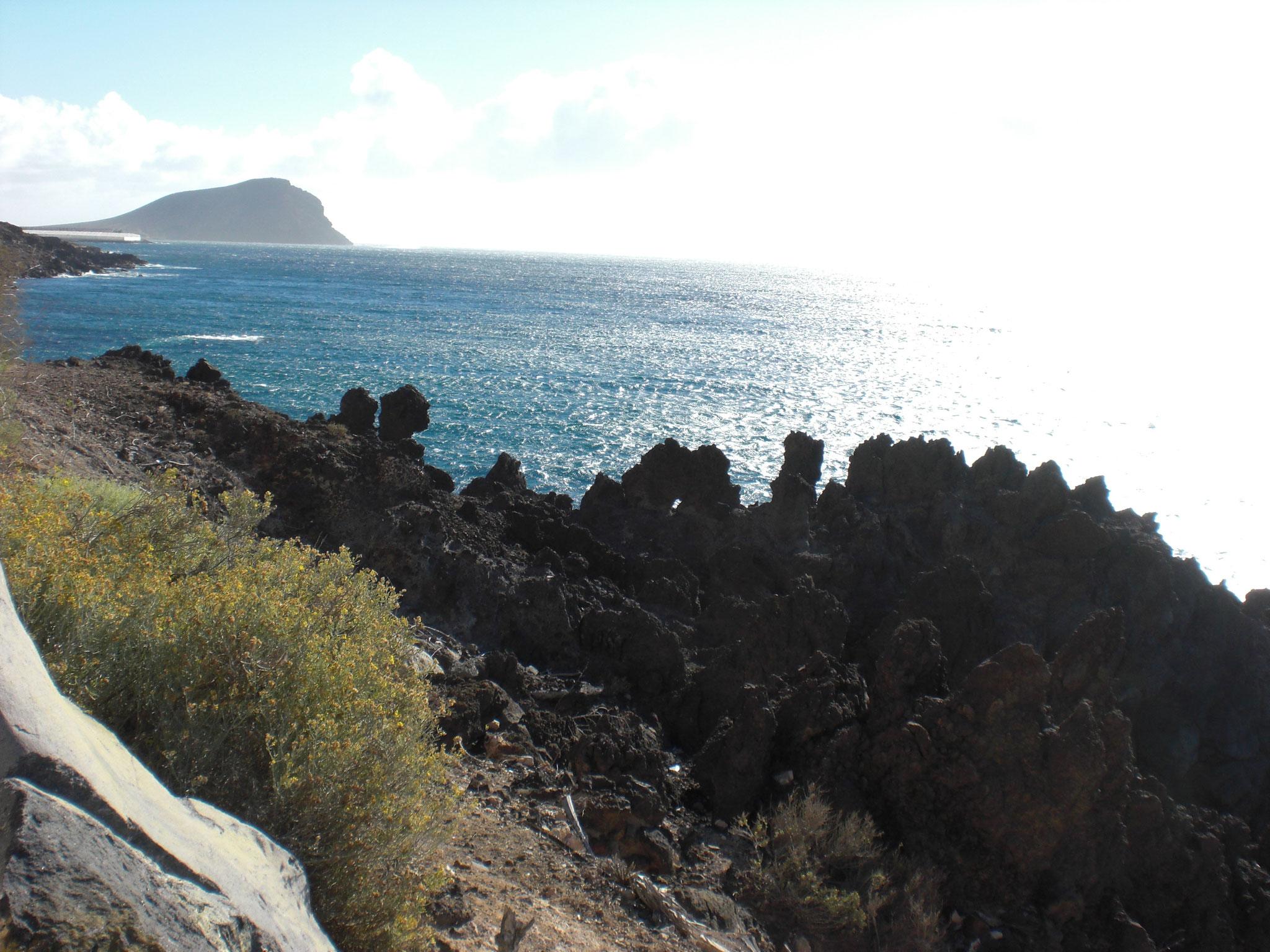 von Los Abrigos aus kann man einen Spaziergang am Meer entlang machen zum Felsen