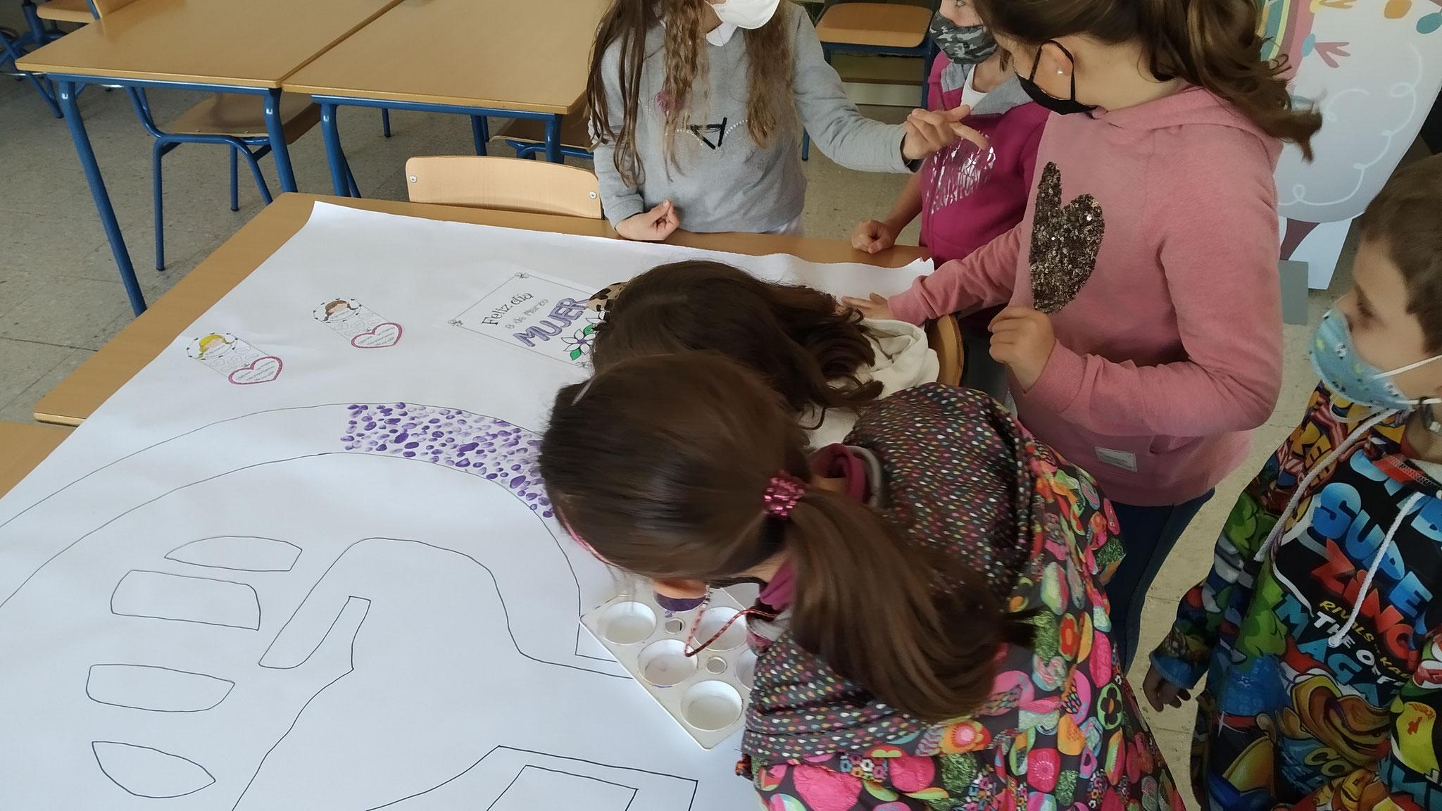 El alumnado de primaria puso su huella también como compromiso para la igualdad de género y conmemorar el día