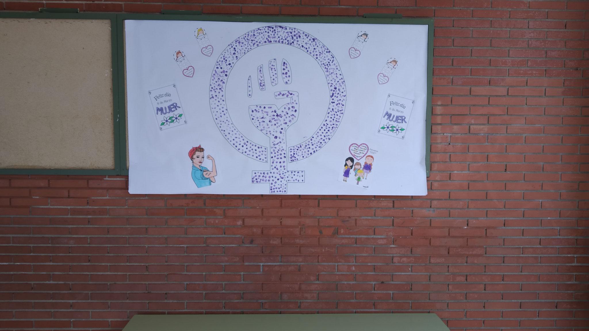 Cartel conmemorativo con las huellas de todo el alumnado de infantil