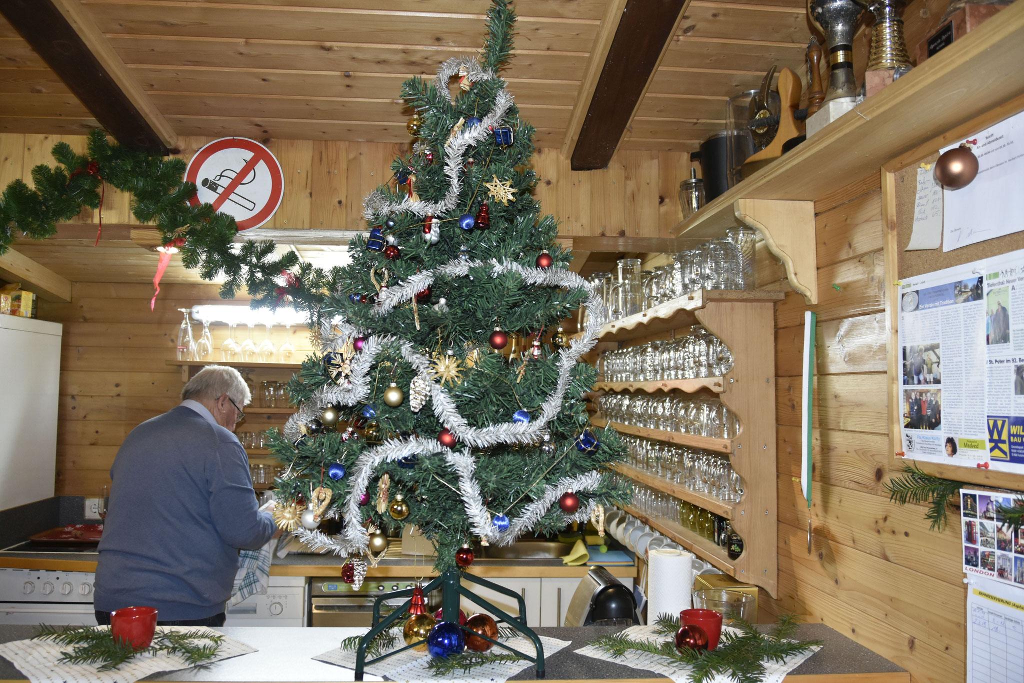 Weinachts-Baum und -Deko hat unser Hans Pölzer liebevoll gestaltet.