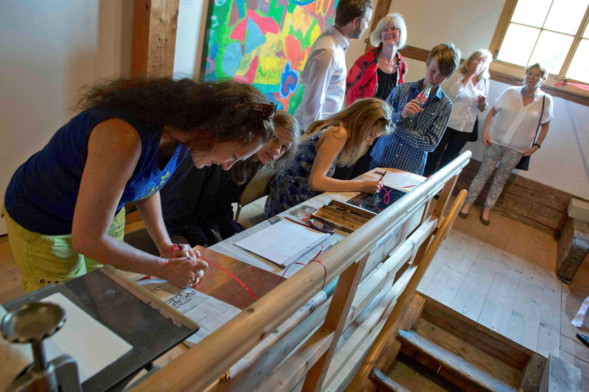 Die Damen fertigen gerade eine Kaltnadelradierung an, (c) Museum Sigl.Haus
