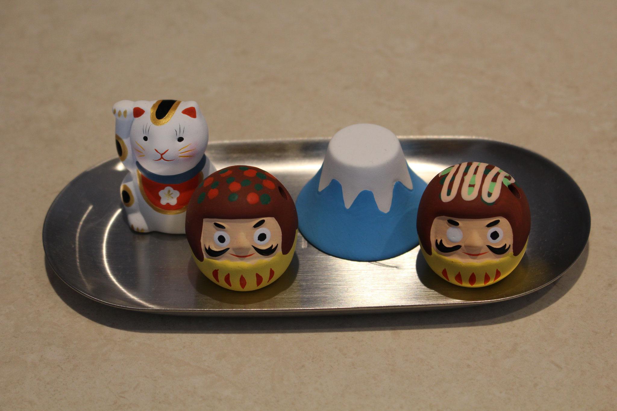 タコ焼きだるま(開眼中)と福招き猫と富士山