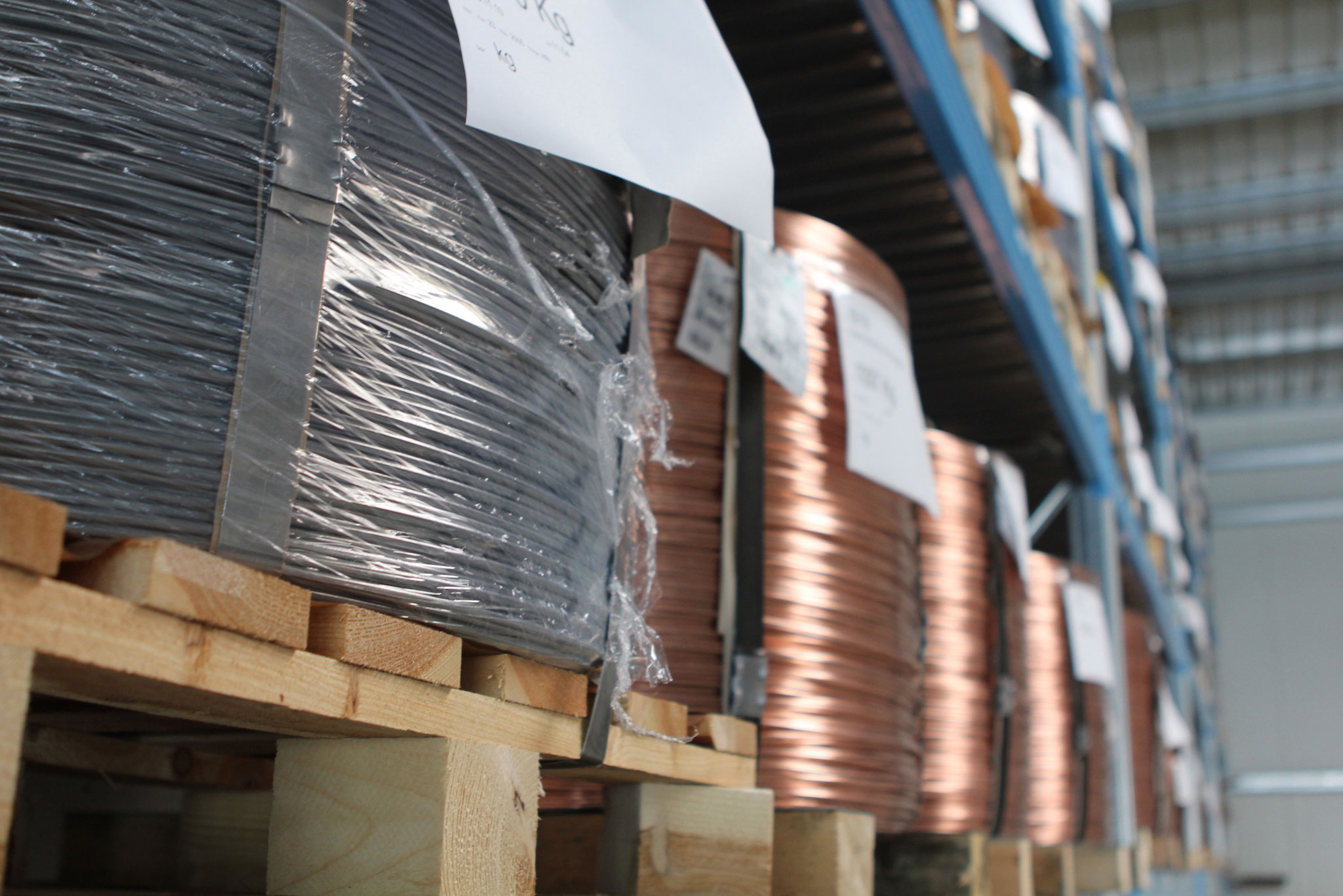 Nachdem ihr Produkt in unserer hauseigenen Konstruktion auf die Herstellbarkeit geprüft wurde, können sie bei uns lagerseitig aus über 50 verschiedenen Materialabmessungen und Güten auswählen.