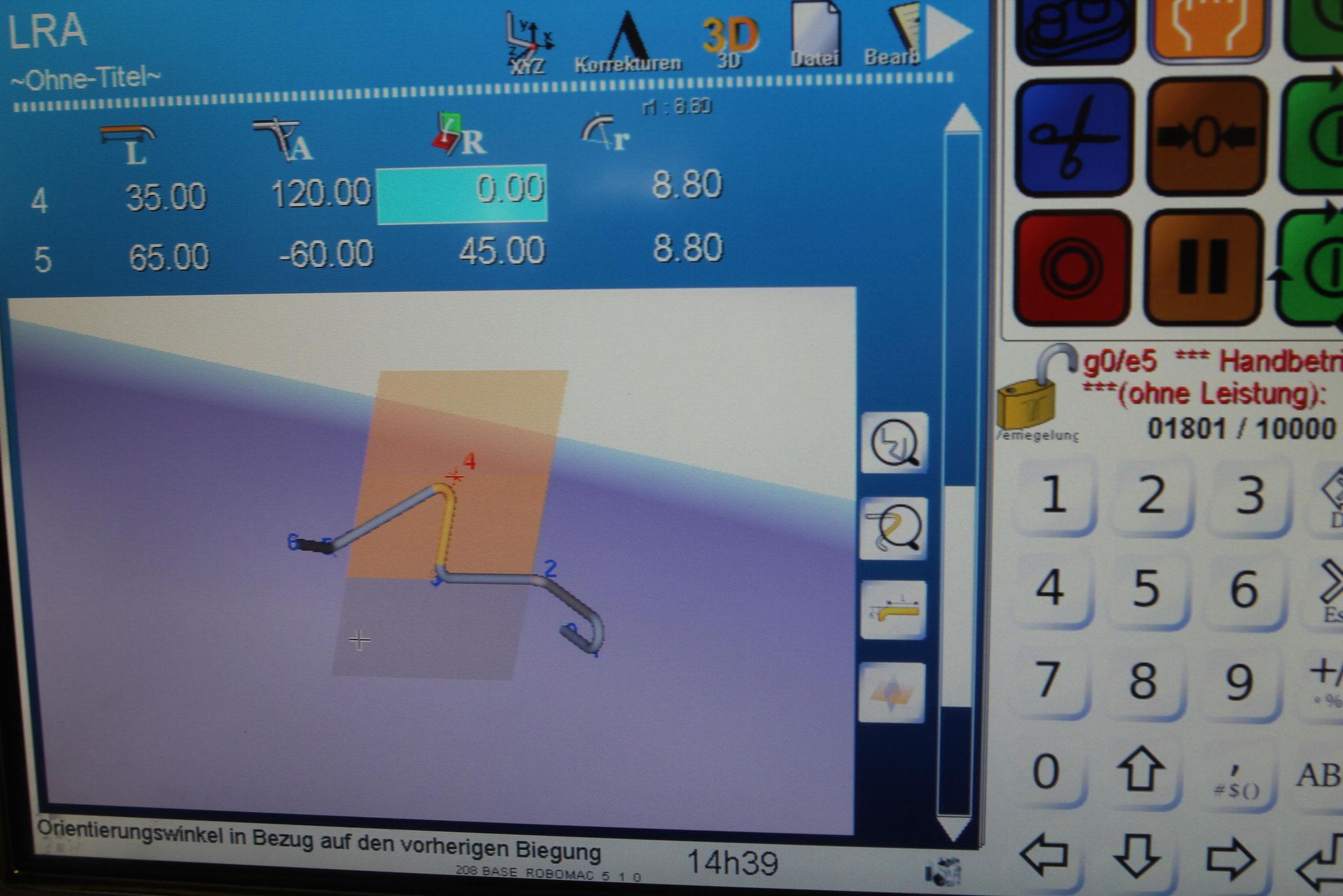 Konstruktive 3D-Daten werden im Anschluss an eine unserer CNC-Biegemaschinen übertragen.