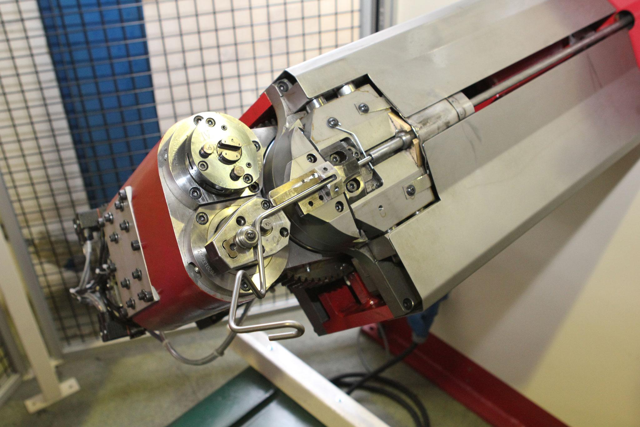Innerhalb kürzester Zeit sind auch Drahtteile mit mehreren Biegungen programmiert und eingestellt.