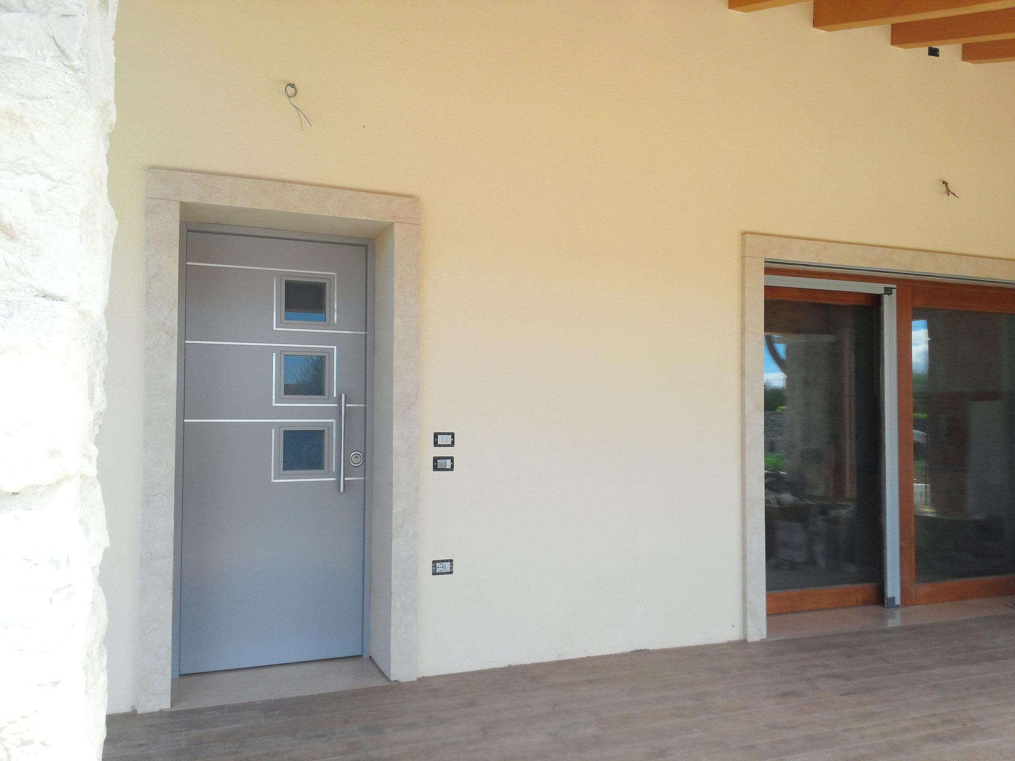 Portoncino blindato e vetrata scorrevole-alzante con vetri tripli e zanzariera integrata