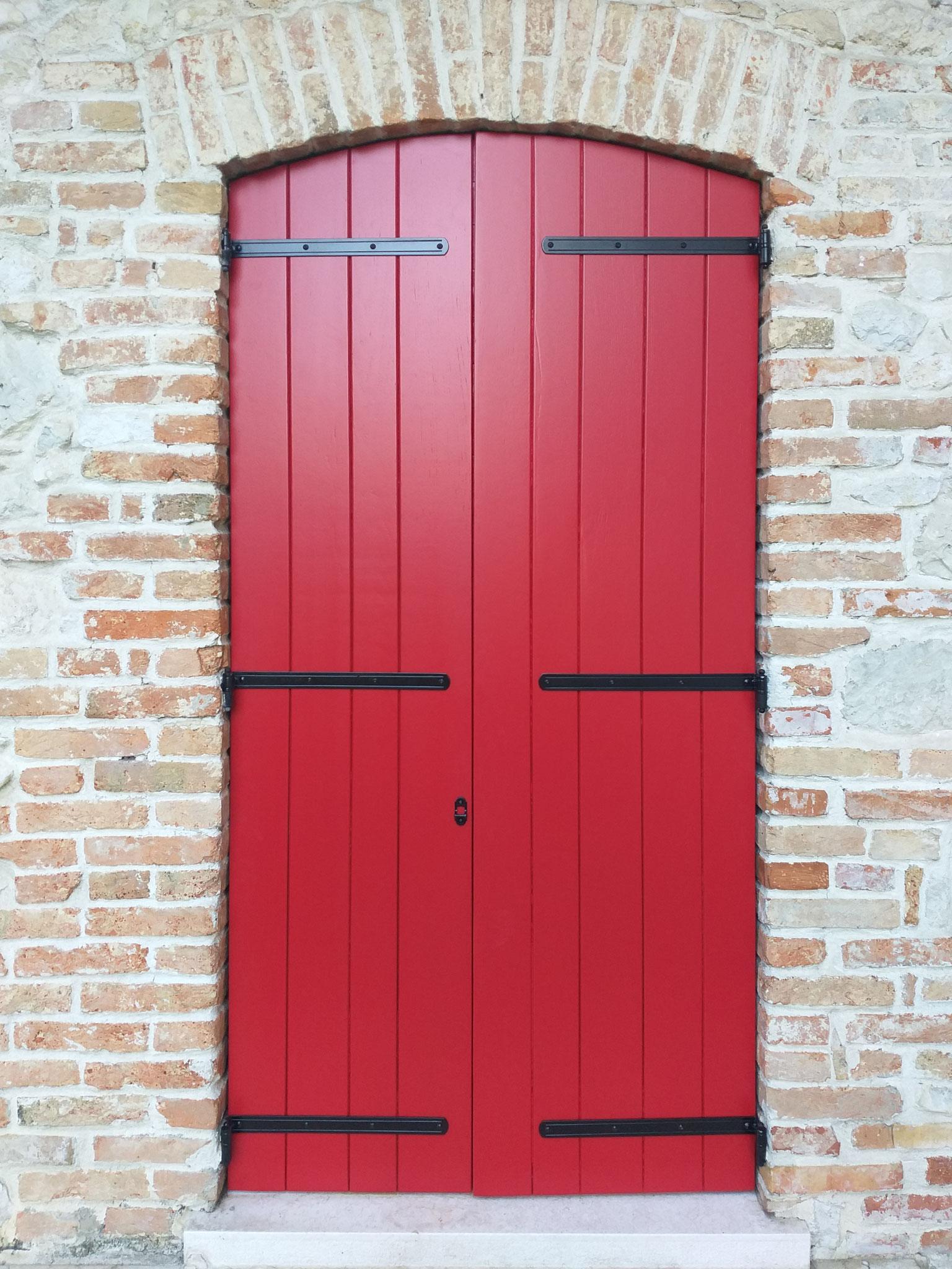 Scuro in legno restaurato e riverniciato con verniciatura rossa Ral 3001