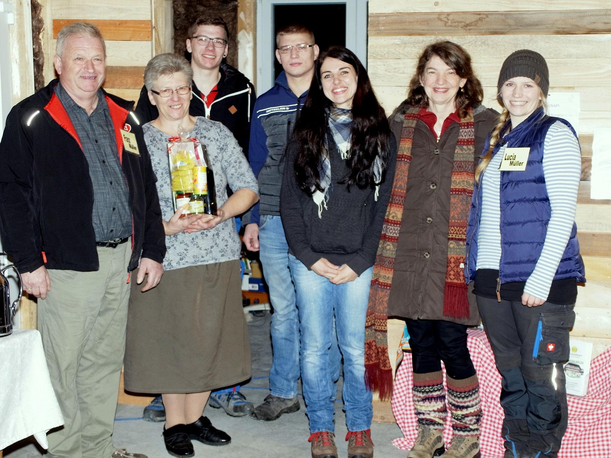 Vorstandsmitglied Karina Schöpf überreichte ein Geschenk des Kiebitz e.V. an die Familie Müller.