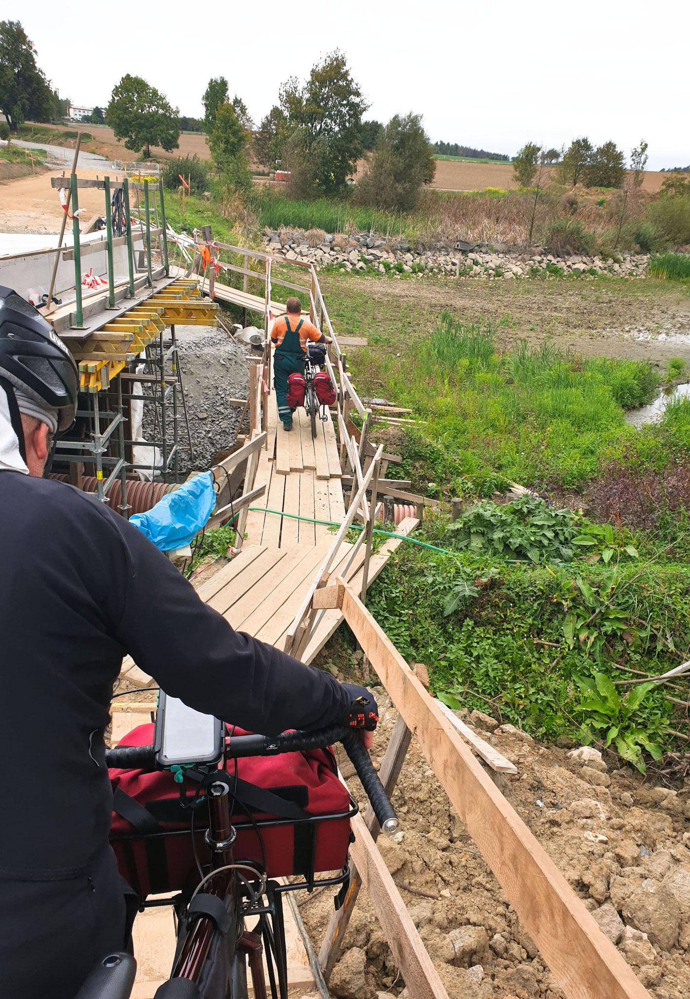 Behelfsbrücke die uns viel Weg erspart