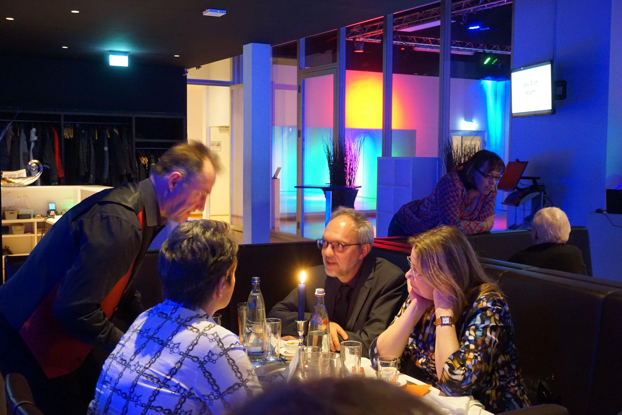 Der Close-Up Zauberer & die Zauberin die Symbiose der Close-Up Magie. Table hopping ist eine Kunst direkt unter den Augen an den Tischen ganz nah dran. Die Tischzauberei kann im stehend und auch als Walking Act durchführbar und fasziniert Ihre Gäste!
