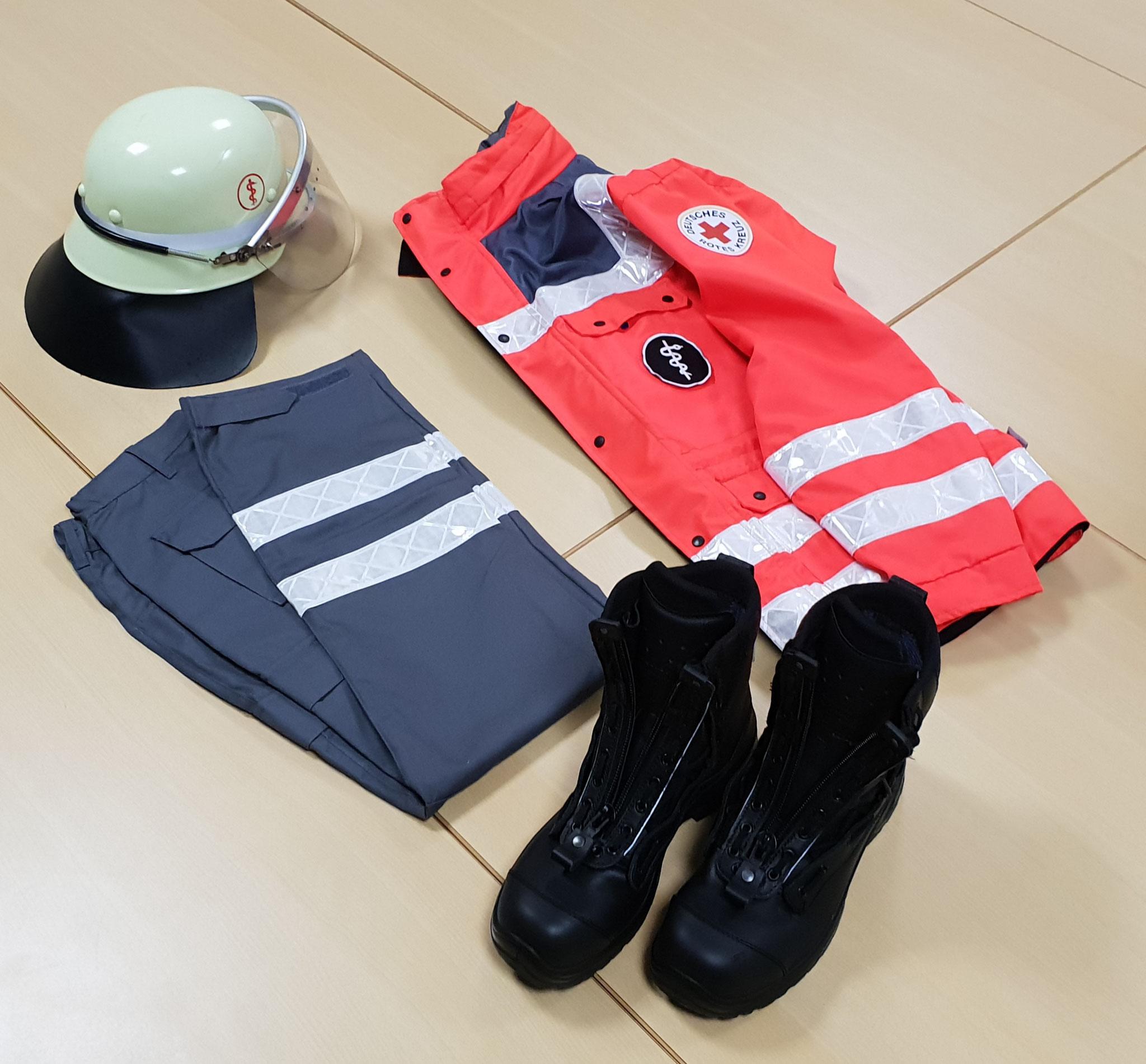 Helm, Einsatzhose, -jacke und -stiefel