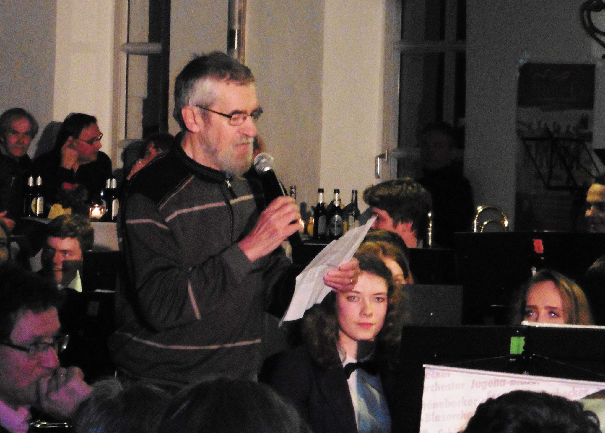 Franz Josef Gründges würdigt die Musiker, die aus Altersgründen gehen müssen.