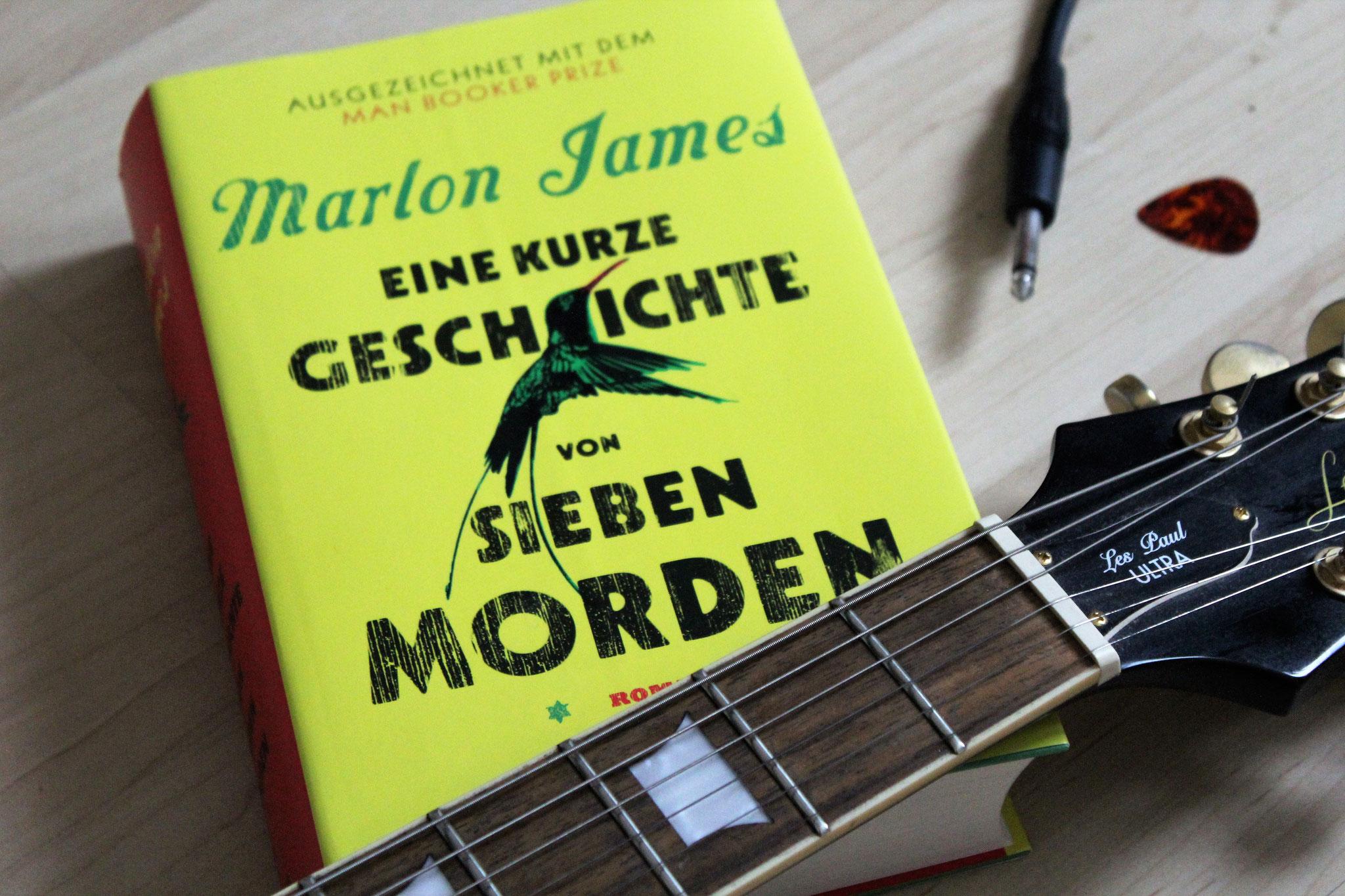 """Den zweiten Platz belegt der opulente und meisterhafte Roman """"Eine kurze Geschichte von sieben Morden"""" von Marlon James."""