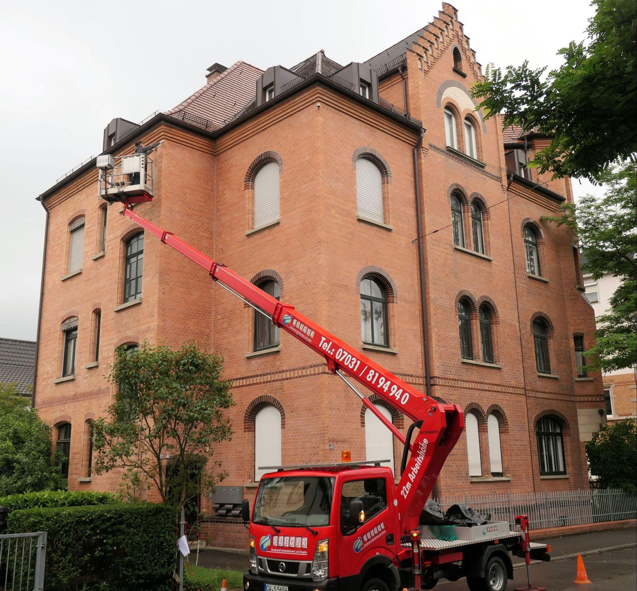 Nistkasten-Anbringung mittels Hubarbeitsbühne / NABU Tübingen