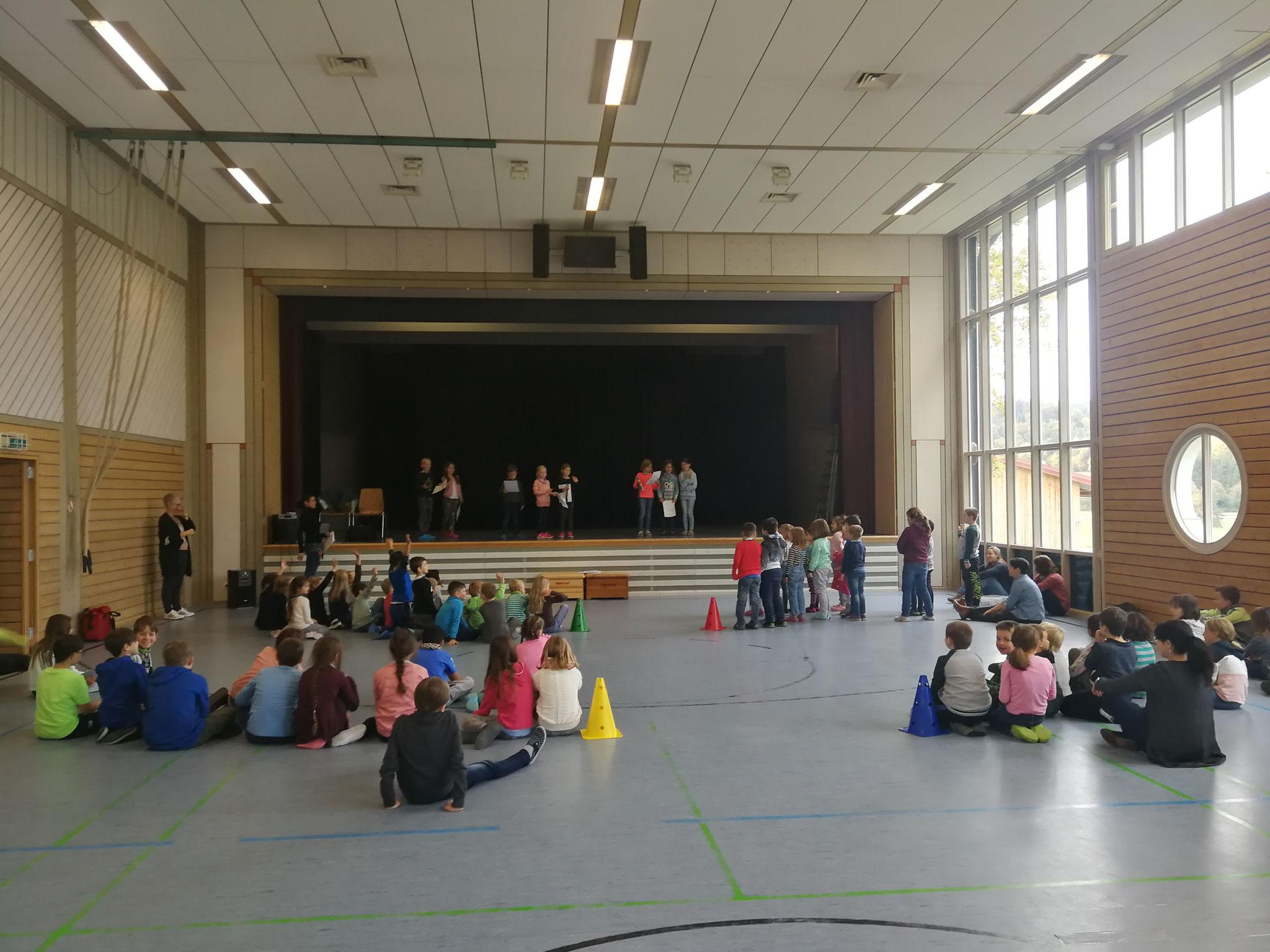 Schulversammlung in der Sporthalle