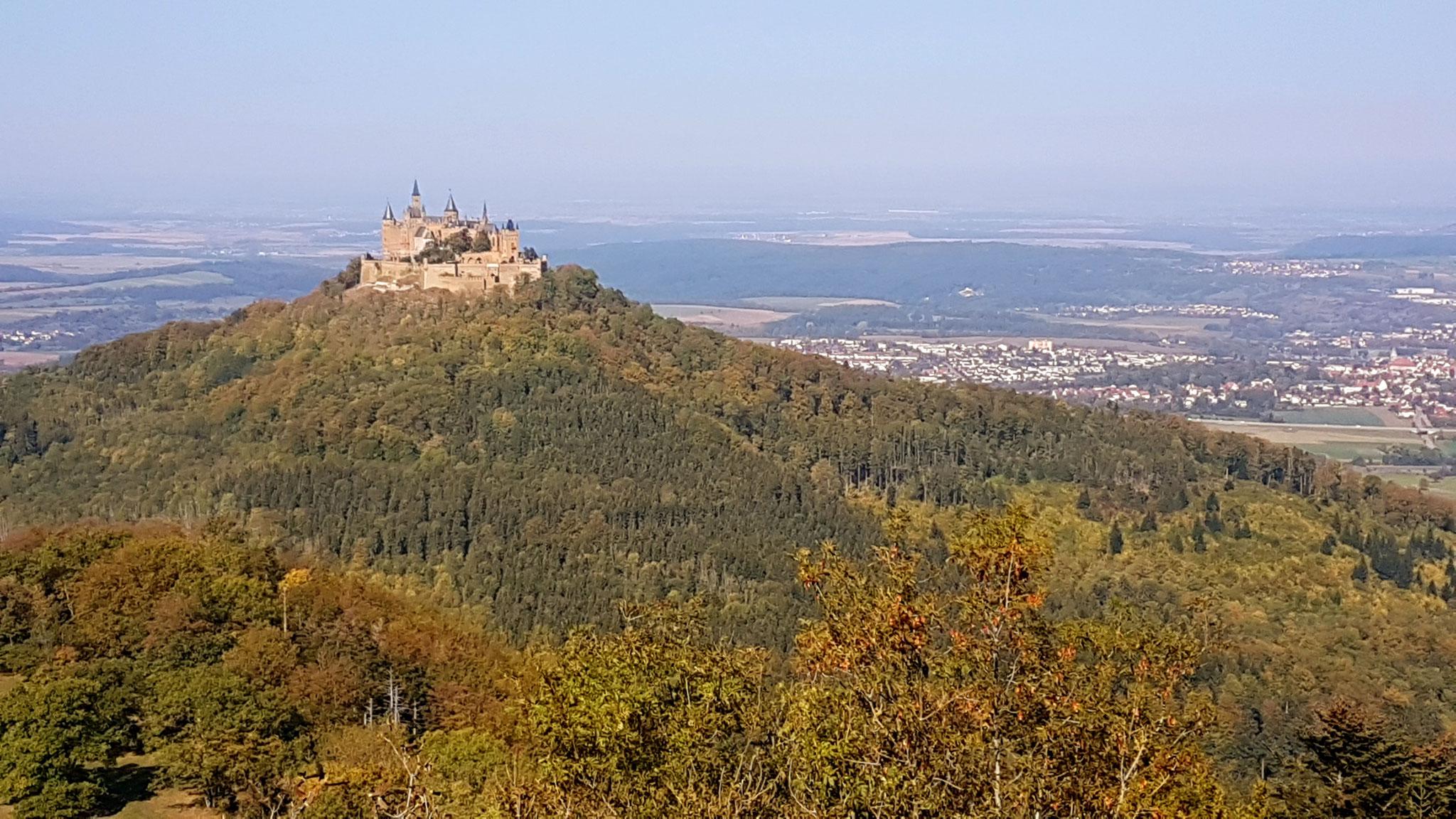Aussicht vom Zeller Horn auf die Burg Hohenzollern im Herbst