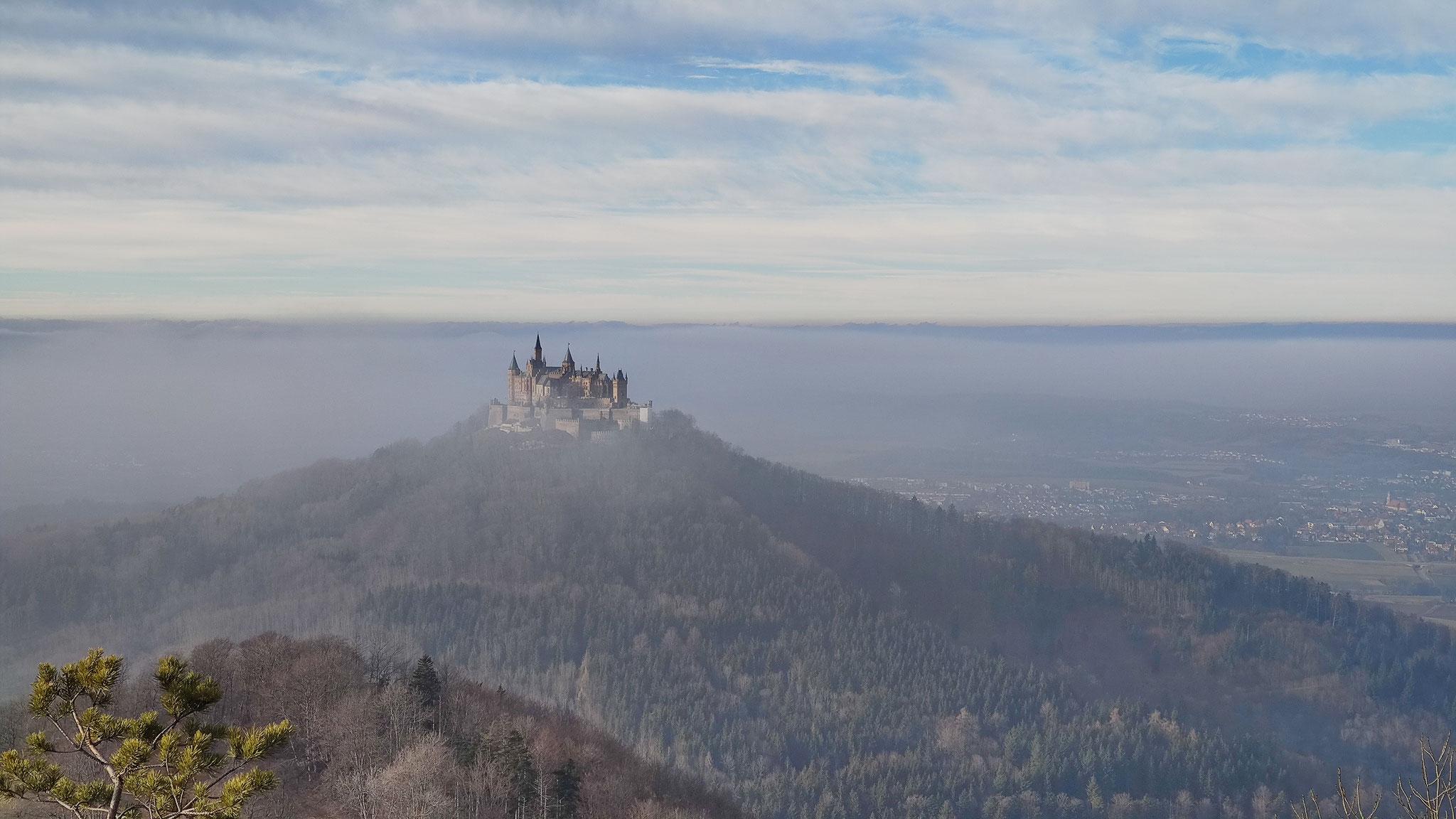 Aussicht vom Zeller Horn auf die Burg Hohenzollern im Winter