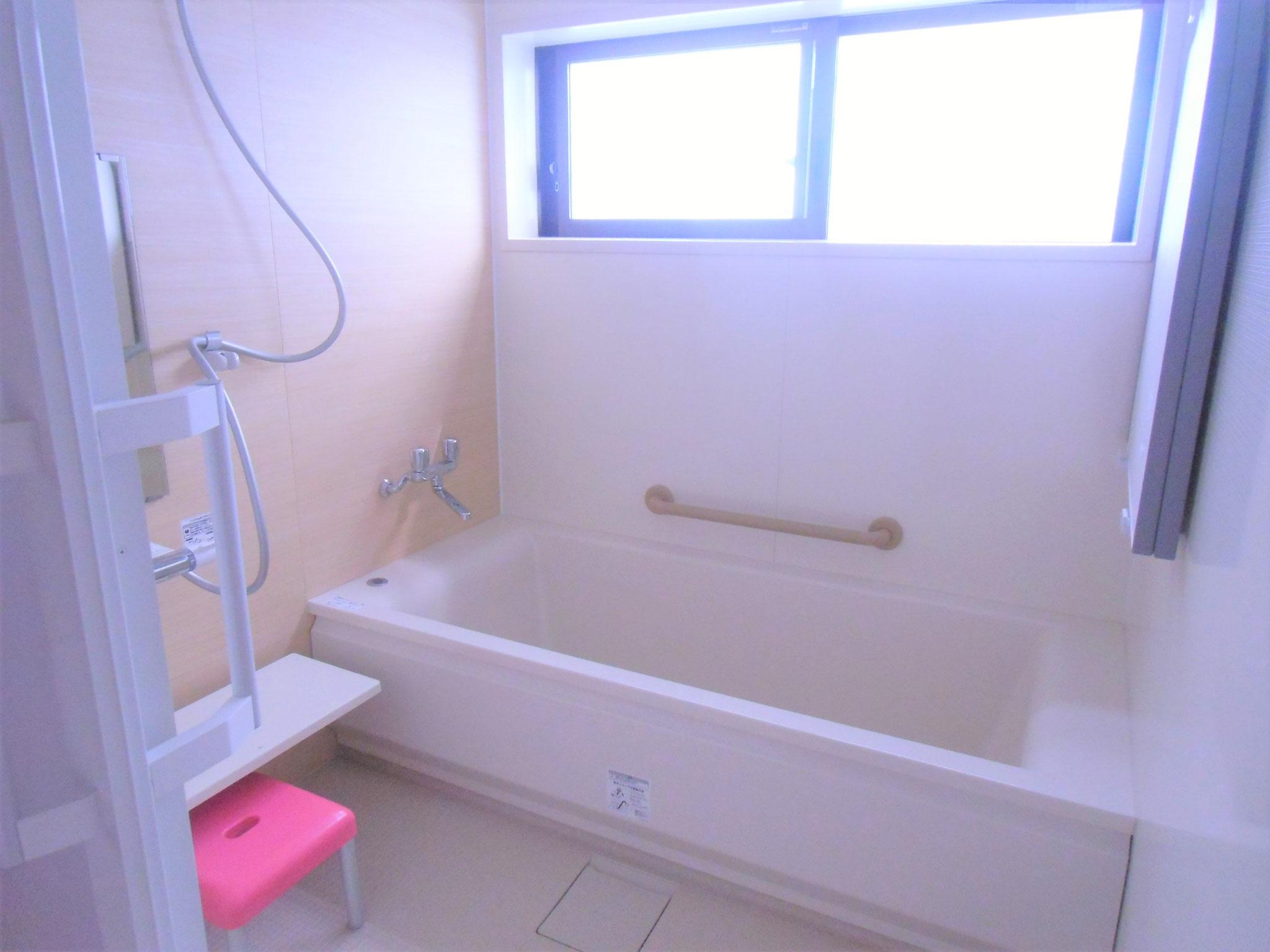 母屋のユニットバスです。地下水を使用していますので、塩素の入った水が苦手な方も安心です。備え付けの石鹸類をお使いください。