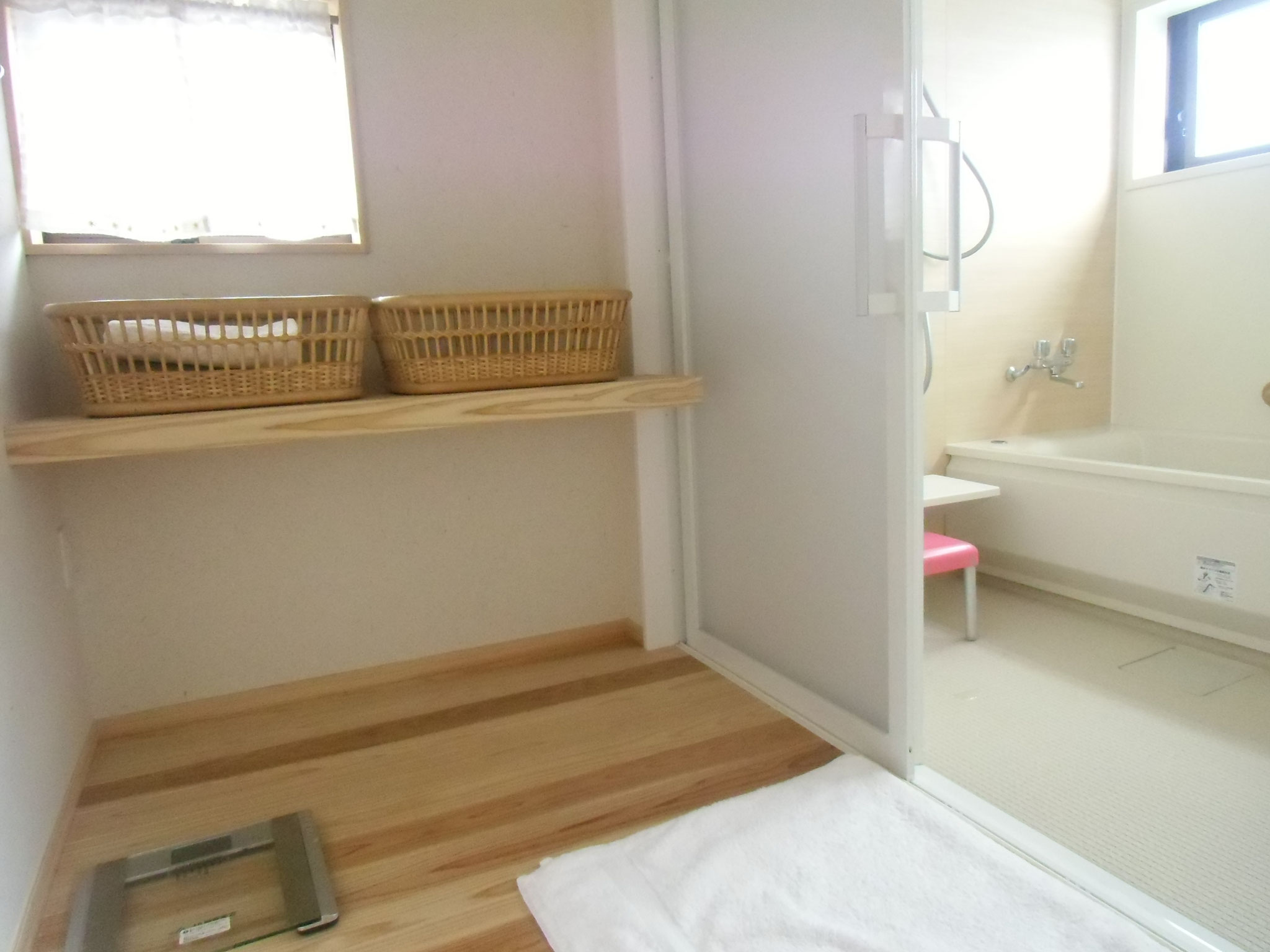母屋のユニットバス用脱衣室です。