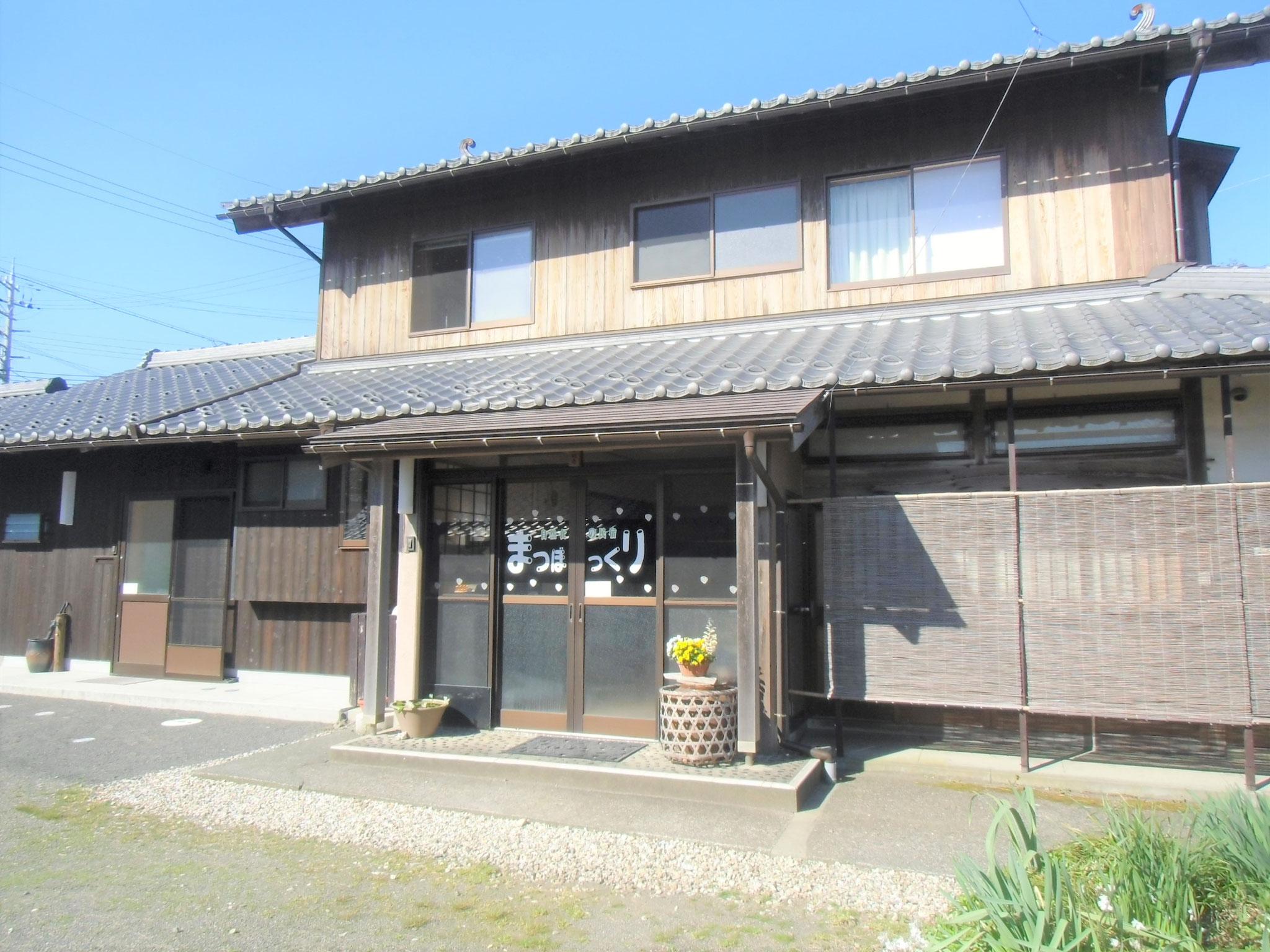 母屋は昭和のたたずまいです。2018年キッチンなどを家庭用にリフォーム。母屋のみ上水道は使わず、全て地下水を使用しています。