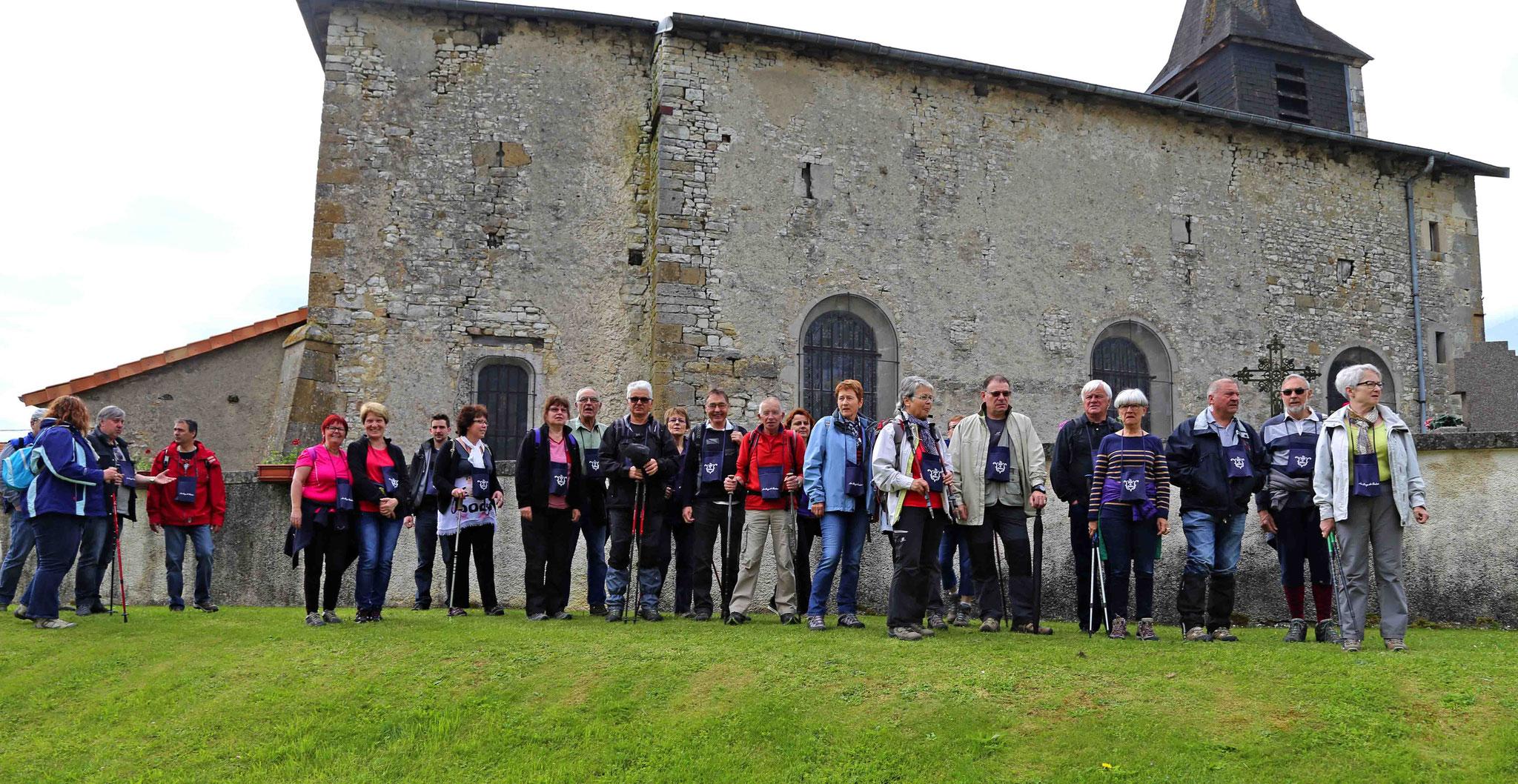 Groupe de 10h00 devant l'église fortifiée