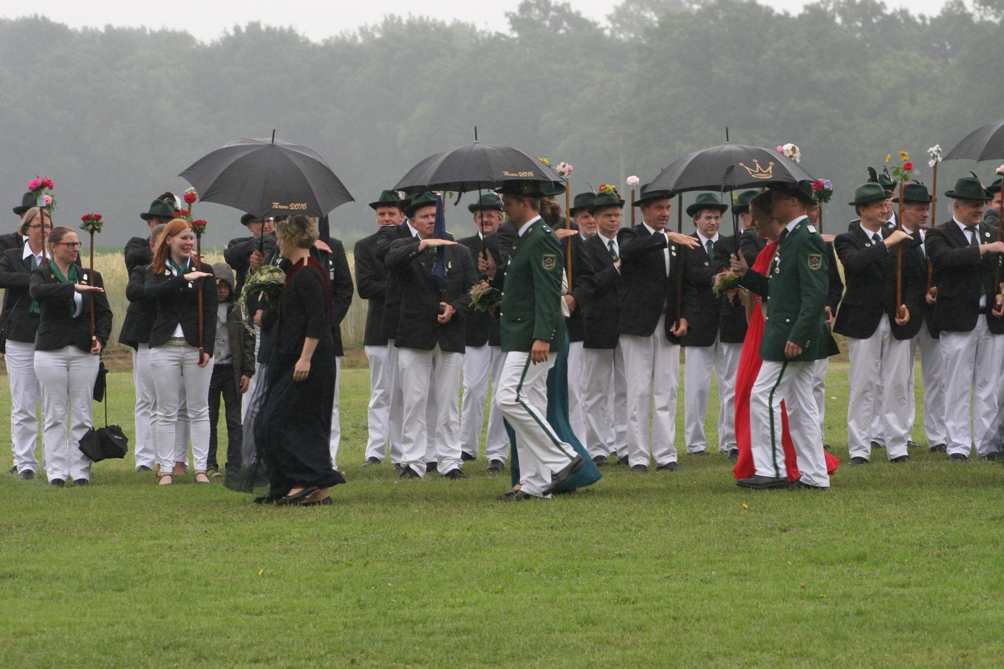 Abnahme der Parade (bei Regen)