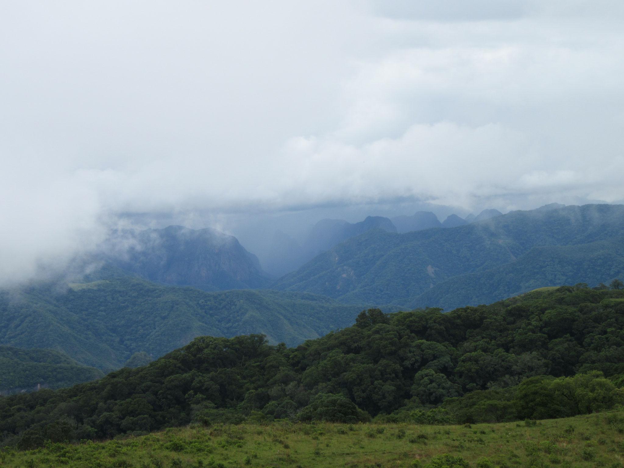 Die Panoramaaussicht über das Gebirge ins Tiefland vom Landteil Santa Cruz ist malerisch