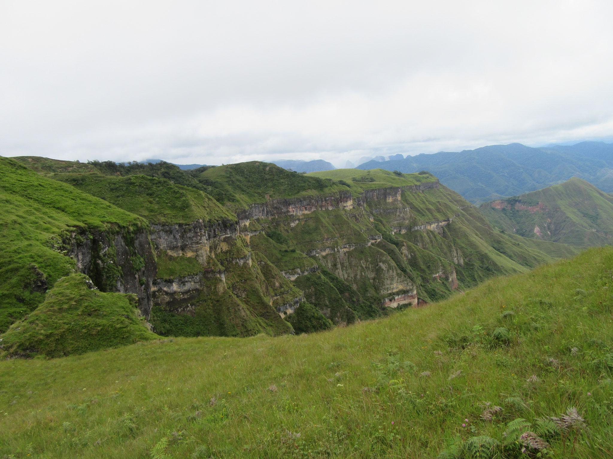 Unser Zufluchtsort ist eine wahre Festung, deren Hochplateau von Ab- und Steilhängen umgeben ist