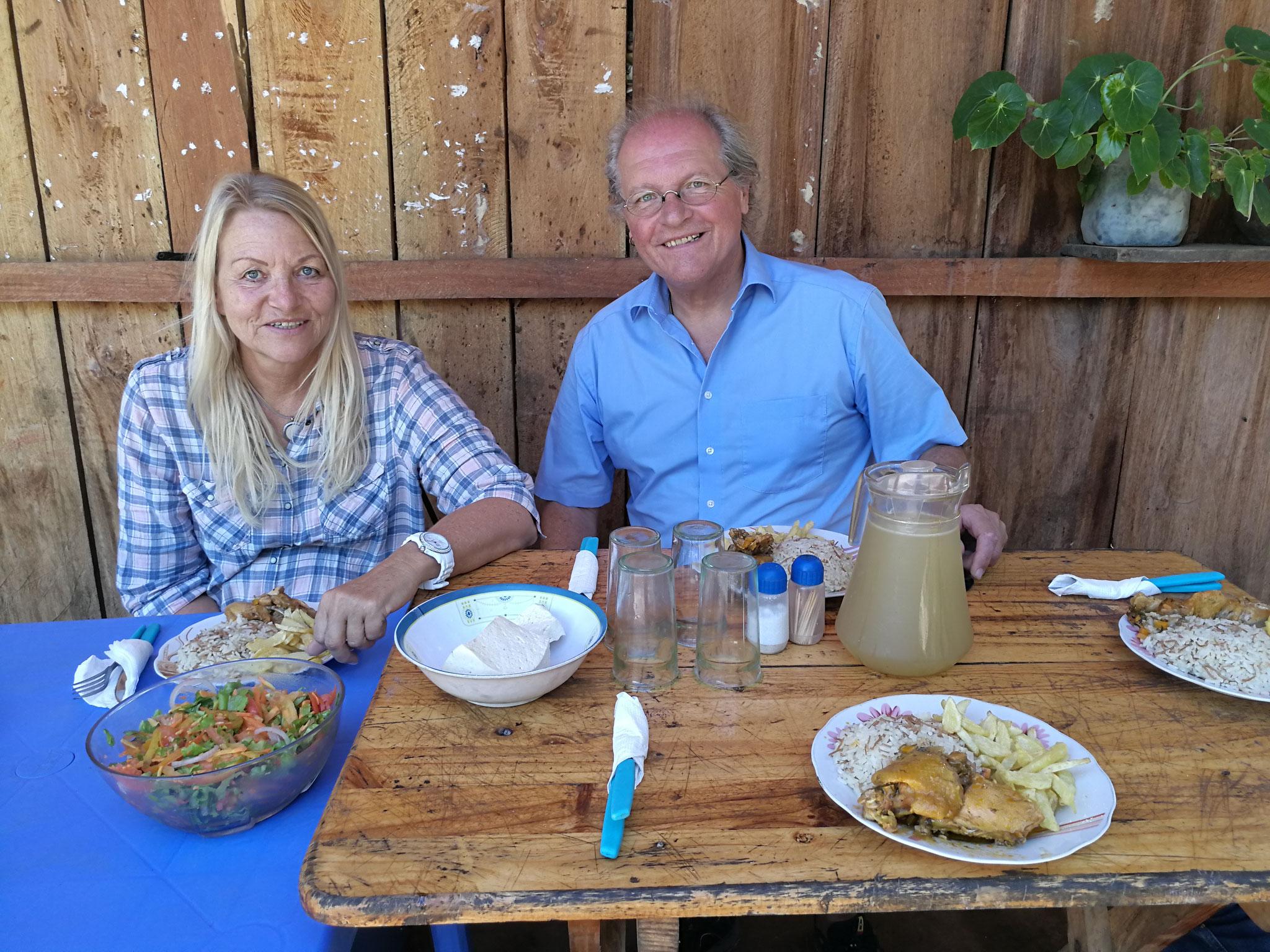 Unsere strategischen Projektpartner aus Deutschland erfreuen sich an einem Essen, komplett aus dem Zufluchtsort