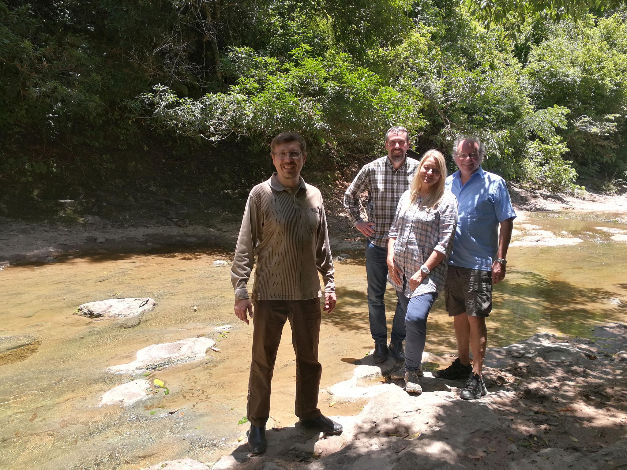Zusammen mit unseren strategischen Projektpartnern aus Deutschland am Flusslauf im Zufluchtsort