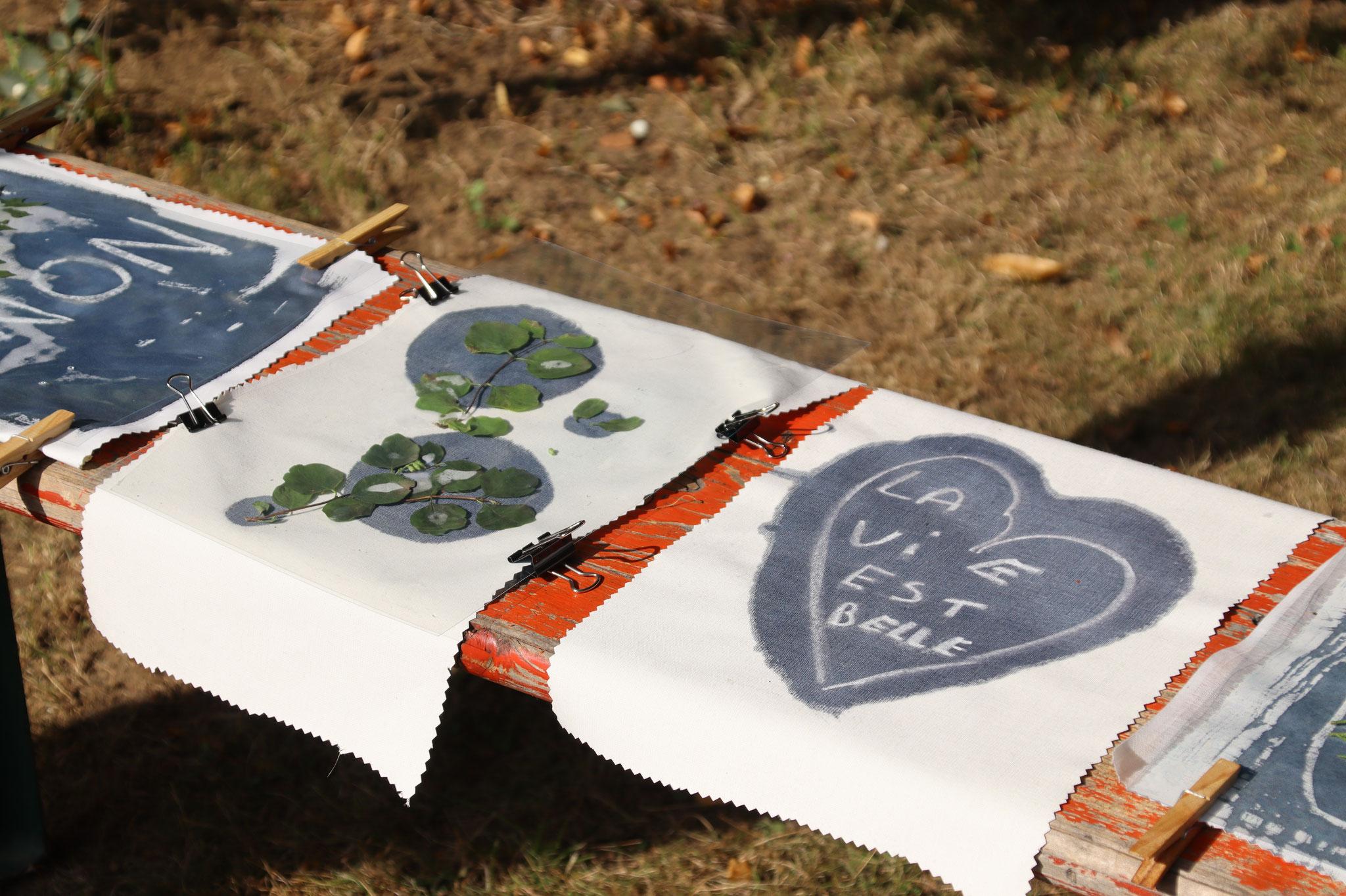Fanions réalisés au cyanotype lors de Parc en fête avec les Ateliers de l'escargot. ©Vincianne Gouttebarge