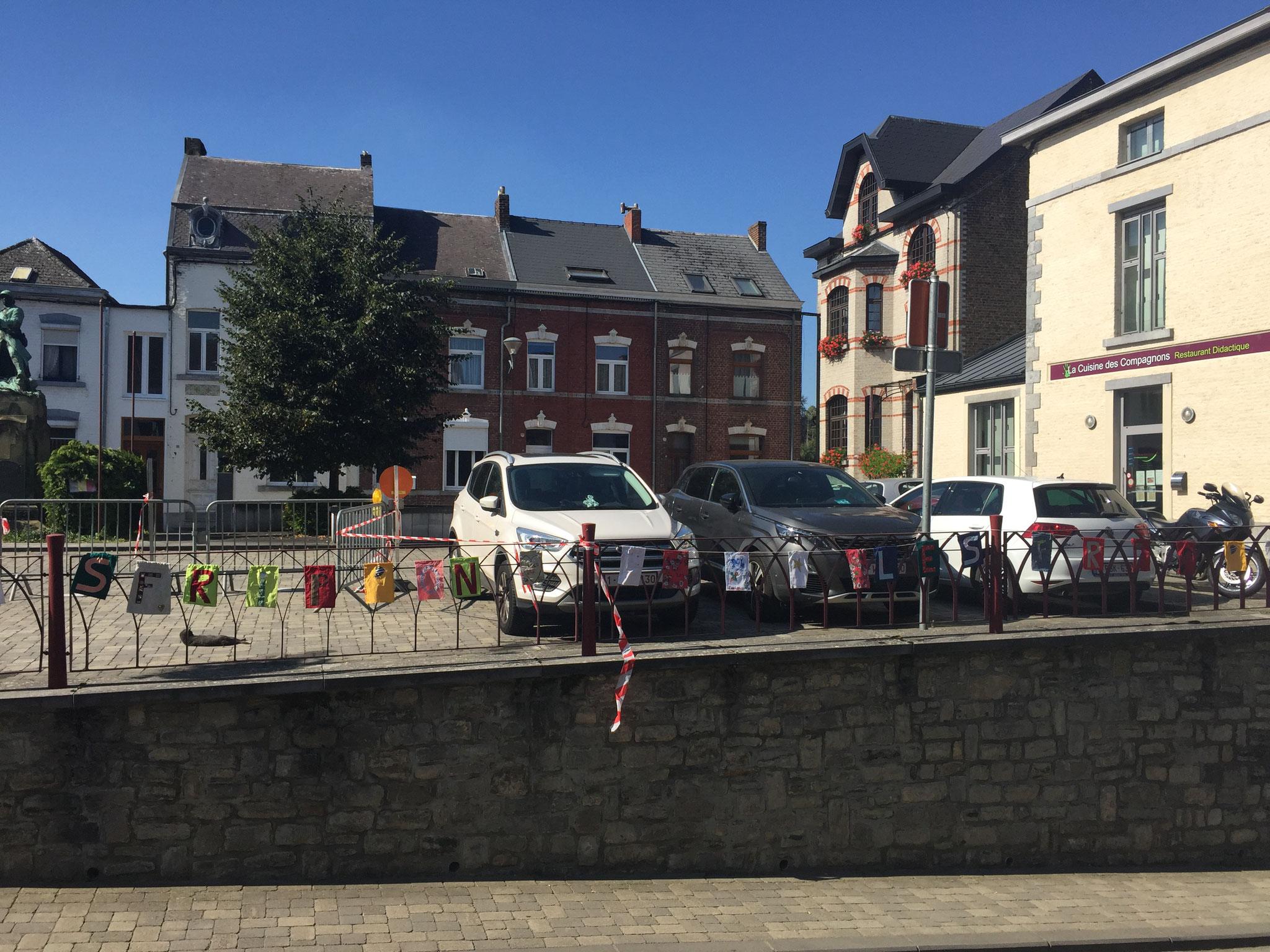 Près de 300 fanions ont été réalisés par des citoyens et installés durant le mois de septembre 2021 dans les rues de Walcourt ©dorothee