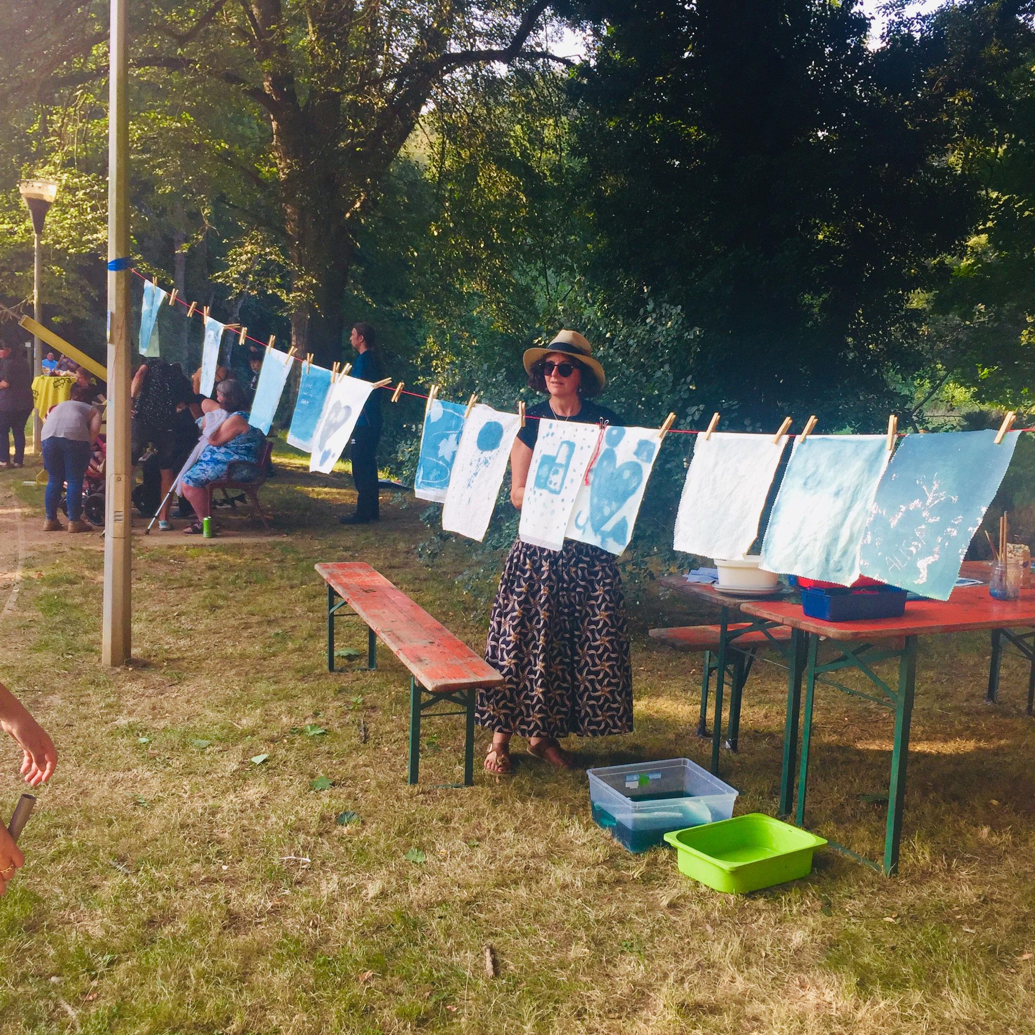 Fanions réalisés au cyanotype lors de Parc en fête avec les Ateliers de l'escargot.