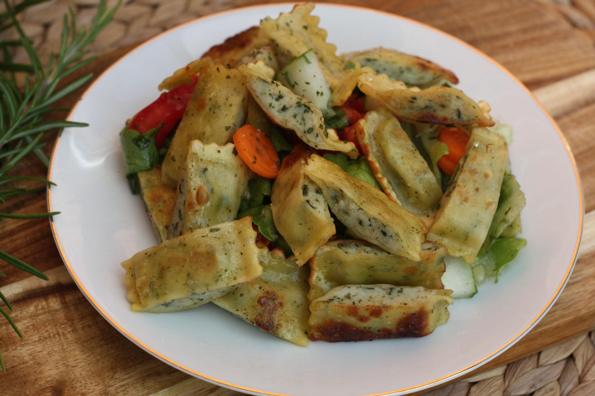 Gebratene Frischkäsemaultaschen mit Salat