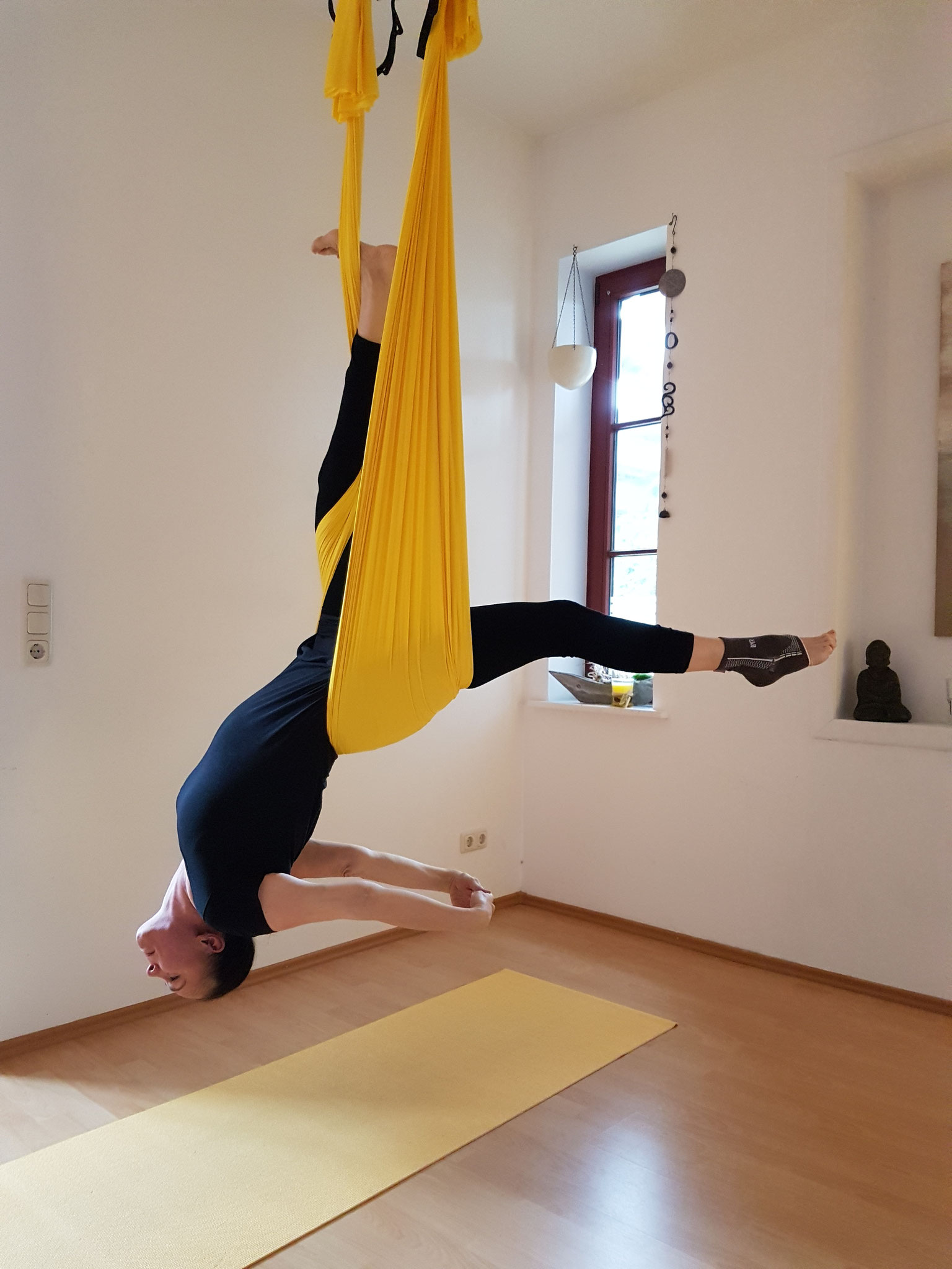 AERIAL YOGA - Dehnung in Kursen & Workshops