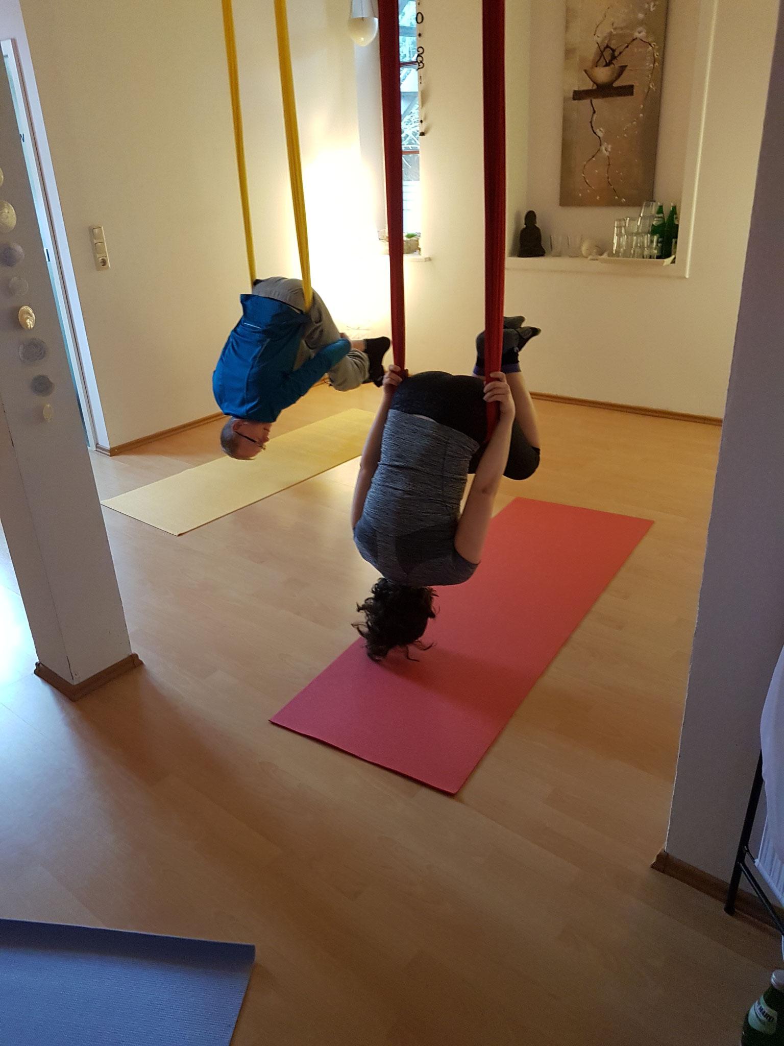 AERIAL YOGA - Paare im Yoga Tuch