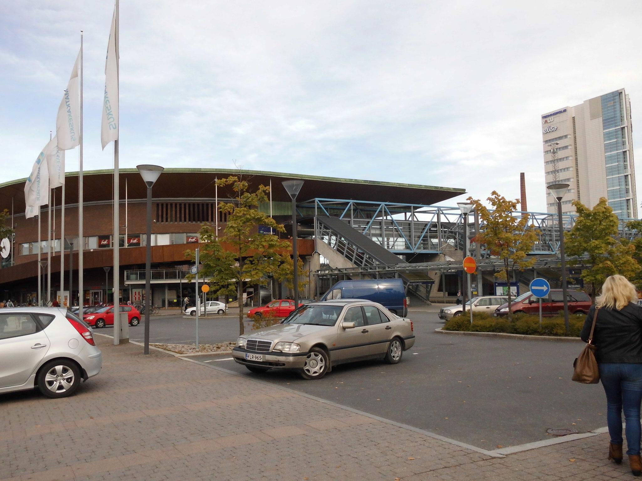 Der Blick zurück vom Hotel auf den Bahnhofsvorplatz und die Brücke.