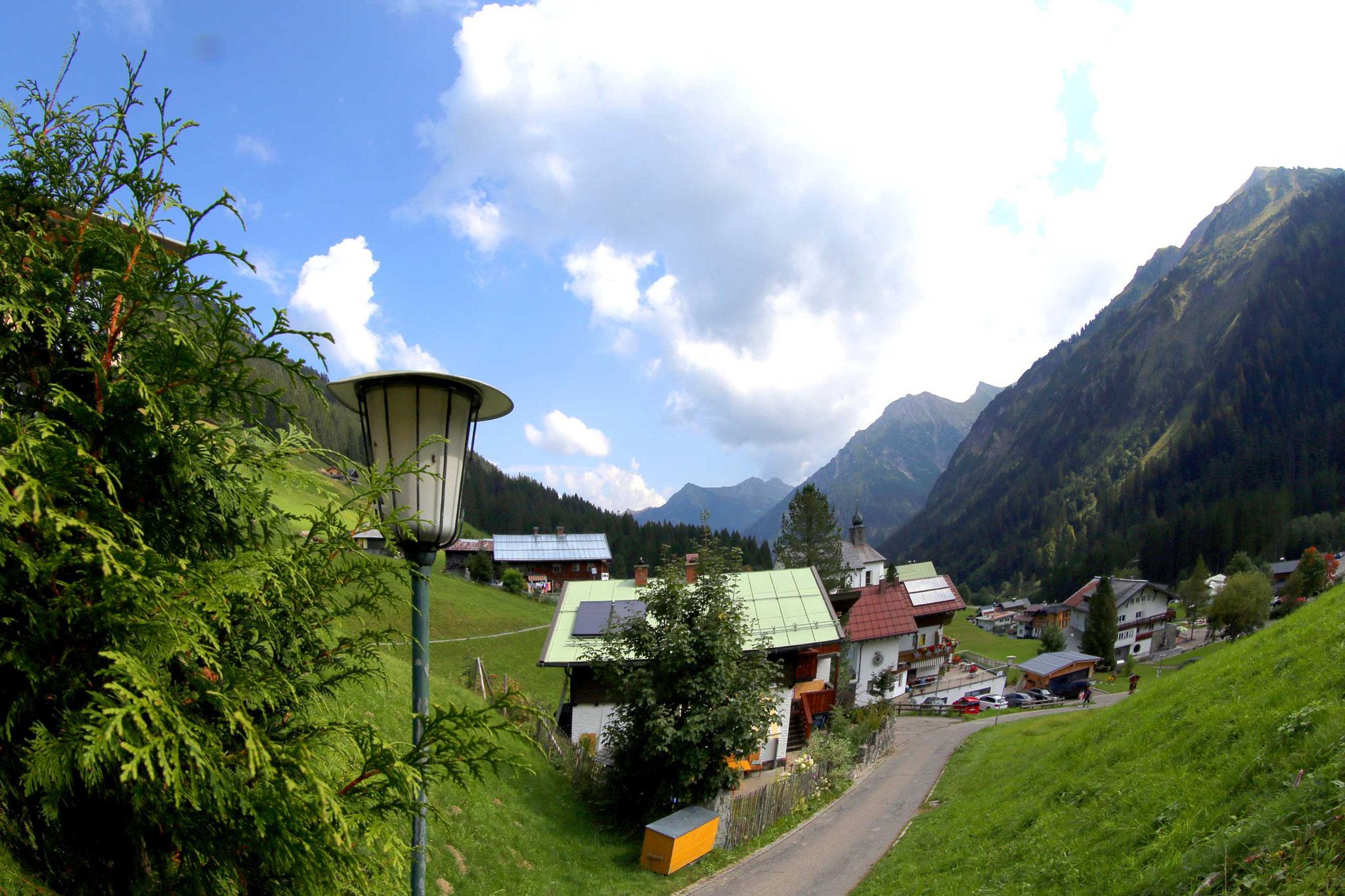 Steile Anfahrt zu uns ans ferienHAUS – Heidi im Tal