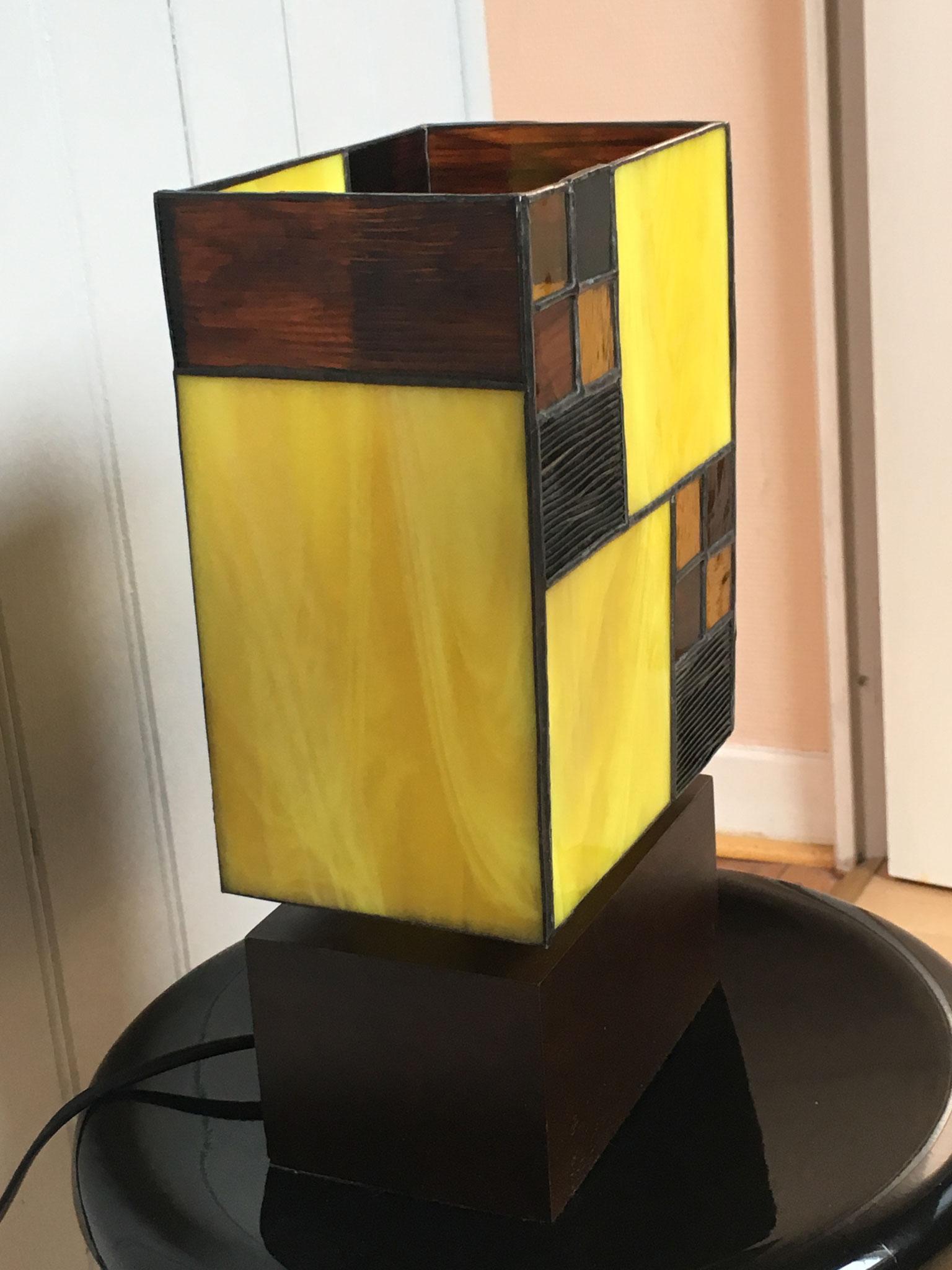 Lampe réalisée en Tiffany sur socle en bois Vue de côté éteinte
