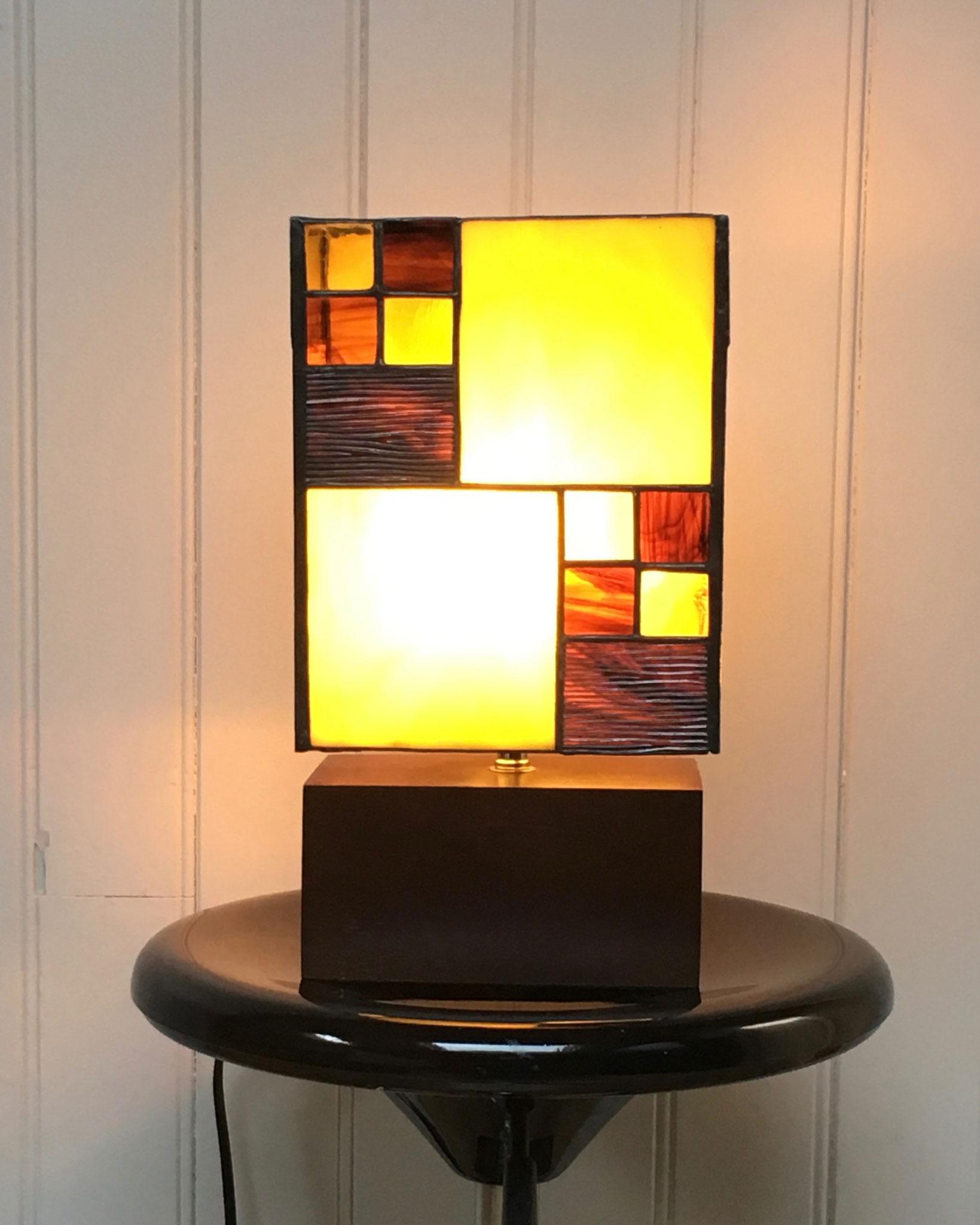 Lampe réalisée en Tiffany sur socle en bois Vue de face allumée