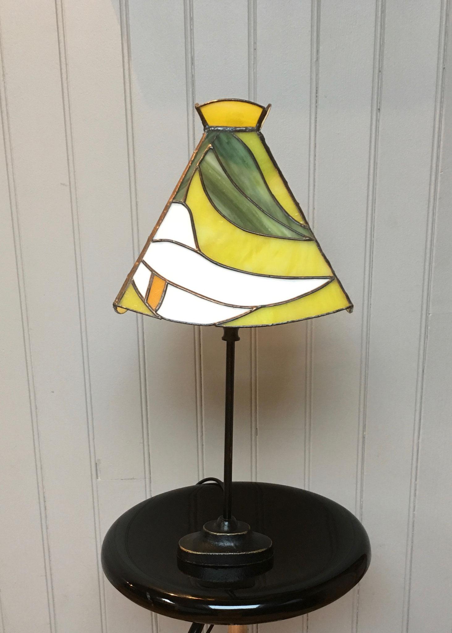 Lampe réalisée en Tiffany sur pied métal Eteinte