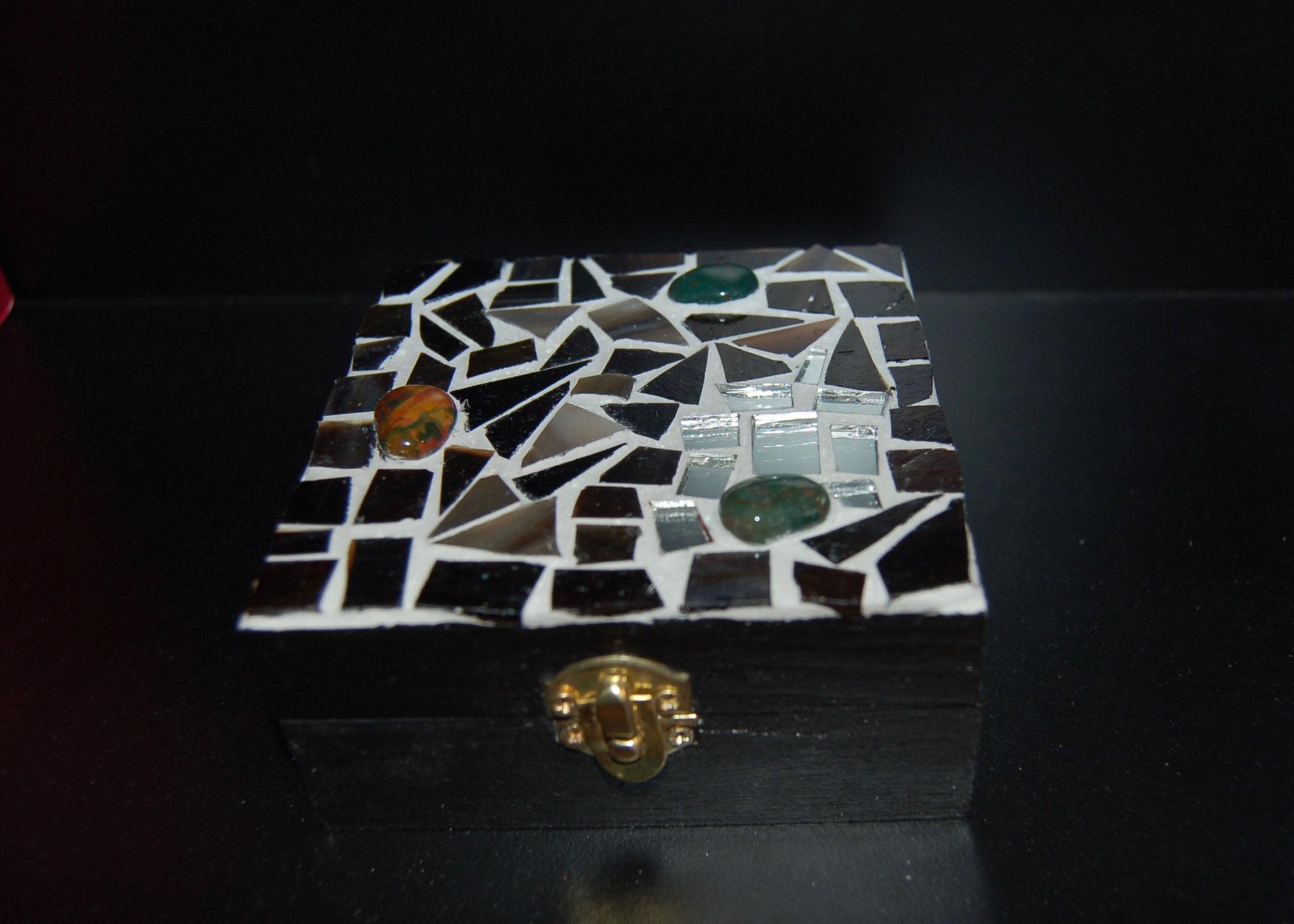 Boîte avec décor mosaïque de verre