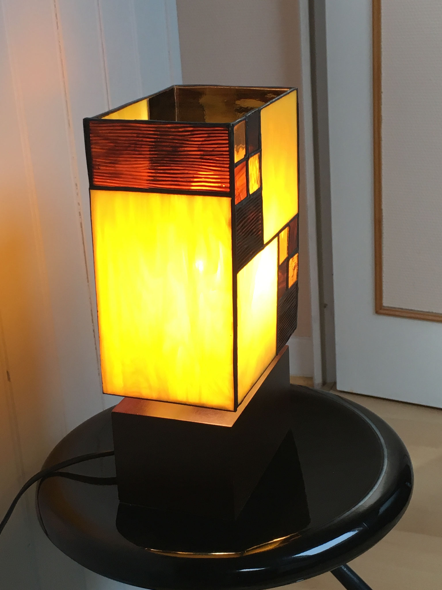 Lampe réalisée en Tiffany sur socle en bois Vue de côté allumée